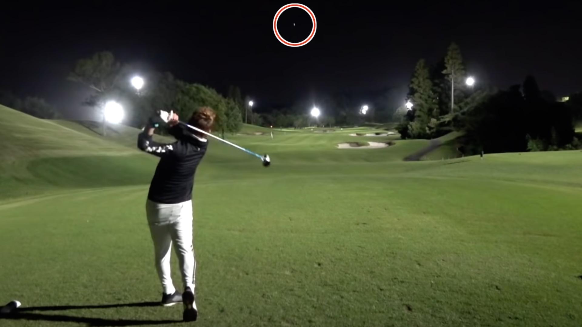 真夏でも涼しいナイターゴルフ。弾道もはっきり見える。