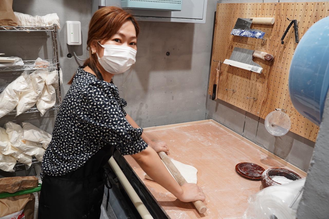店内ある製麺室で、うどんを打つ井上さん