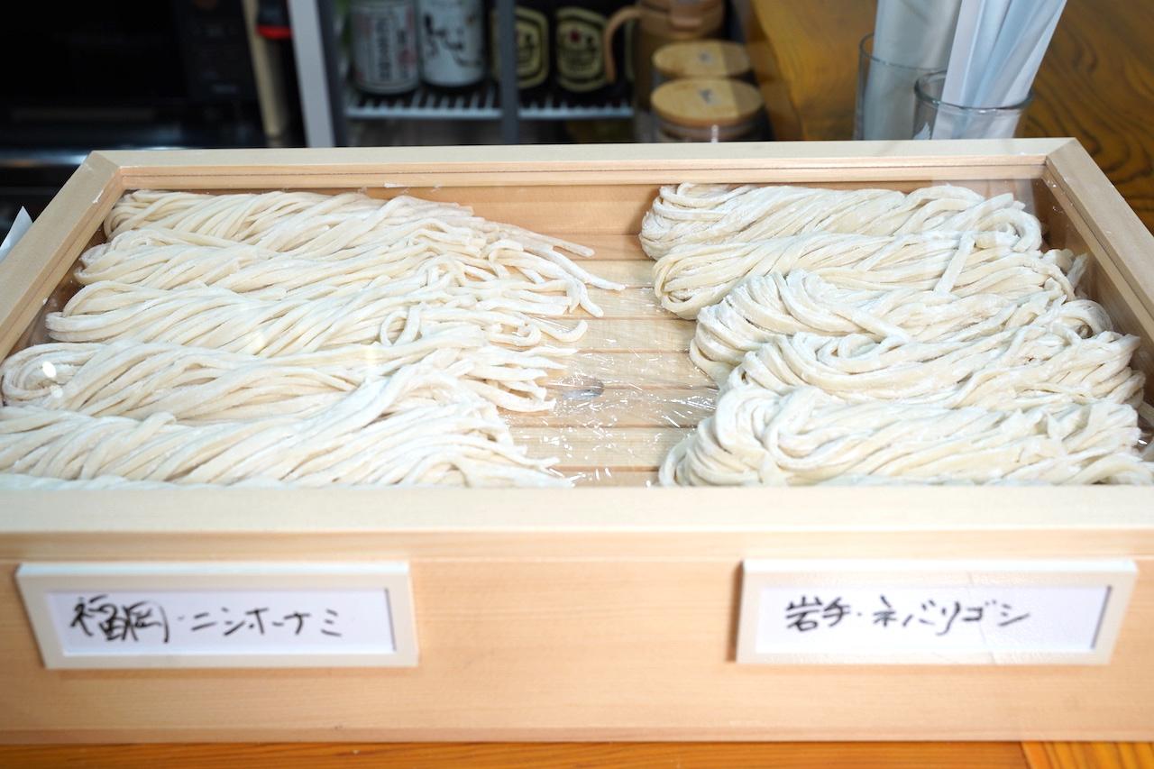 井上さんが製麺室で手打ちしたうどん麺