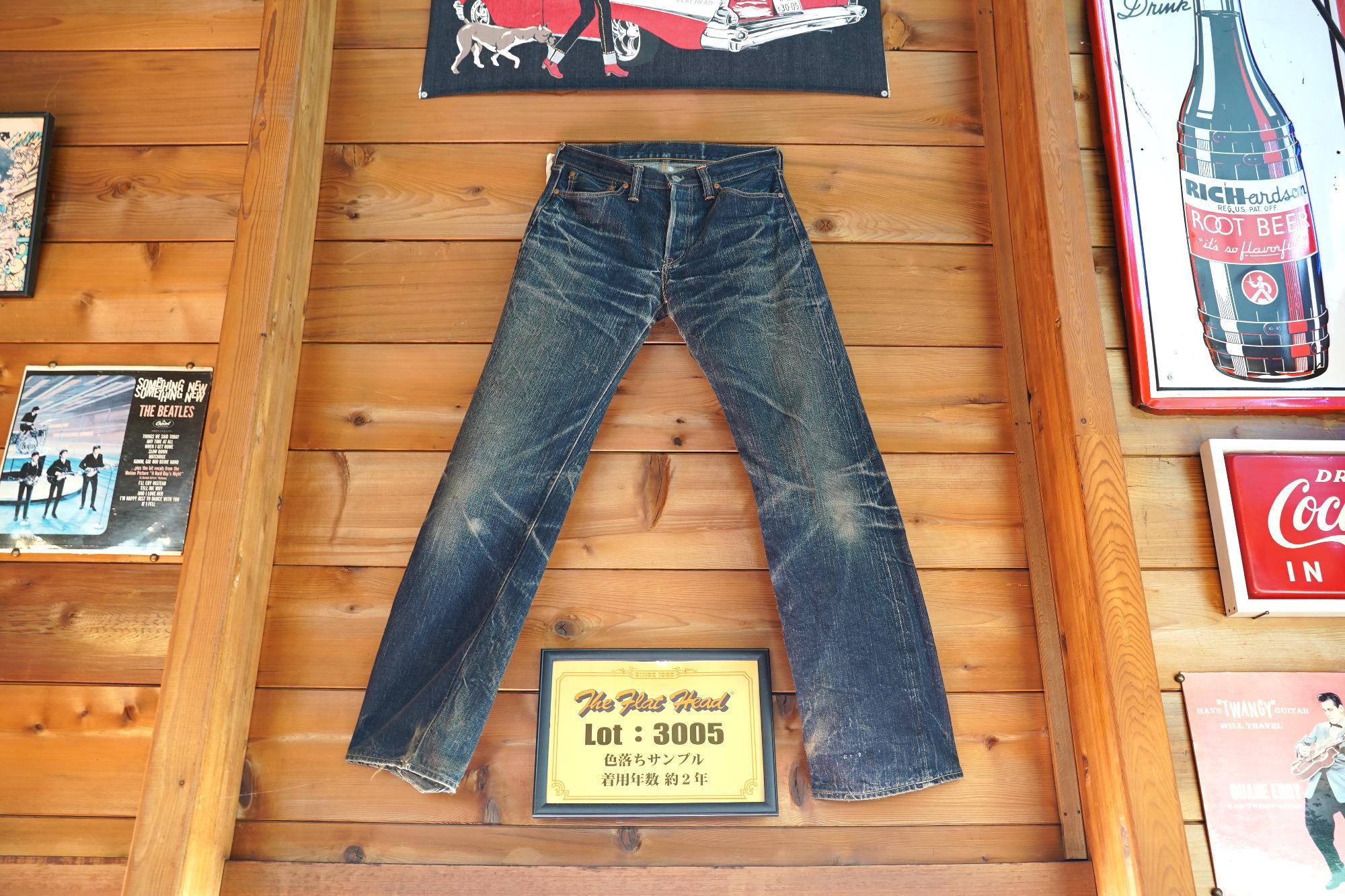「グーギーズカフェ」店内には「フラットヘッド」のフラッグシップジーンズである「3005」が飾られていました。このジーンズの色落ち具合や味わいが古着ファンやジーンズ好きにはたまらないのです