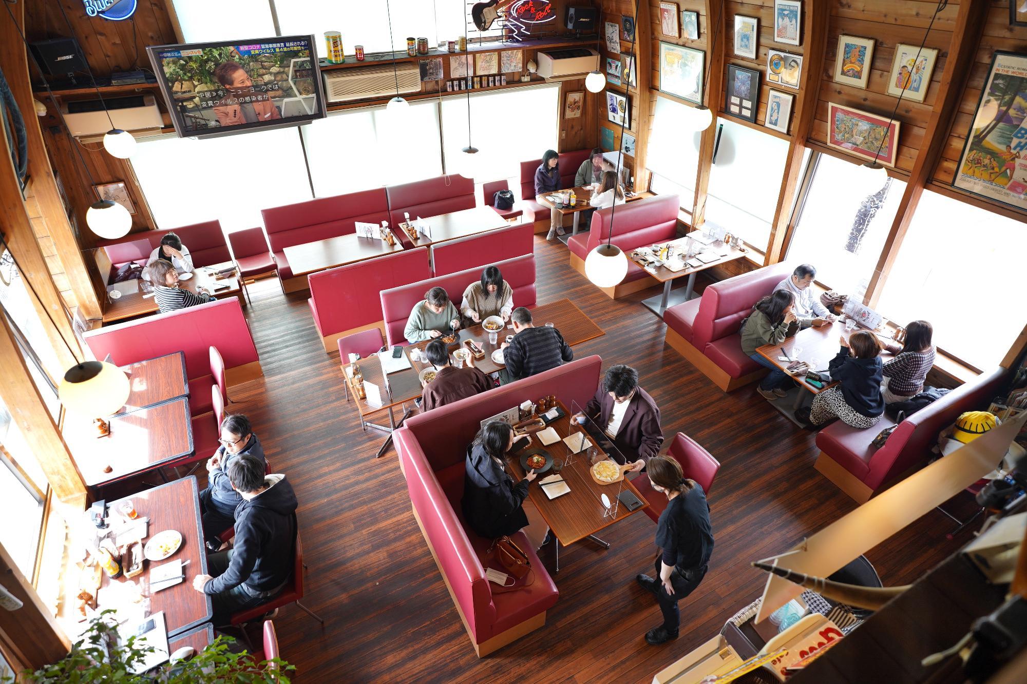 「グーギーズ カフェ」はアメリカンダイナーのテイスト漂うお店。店内はほぼ満席で若いカップル、ファミリーなど地元のいろんな人たちが訪れていました