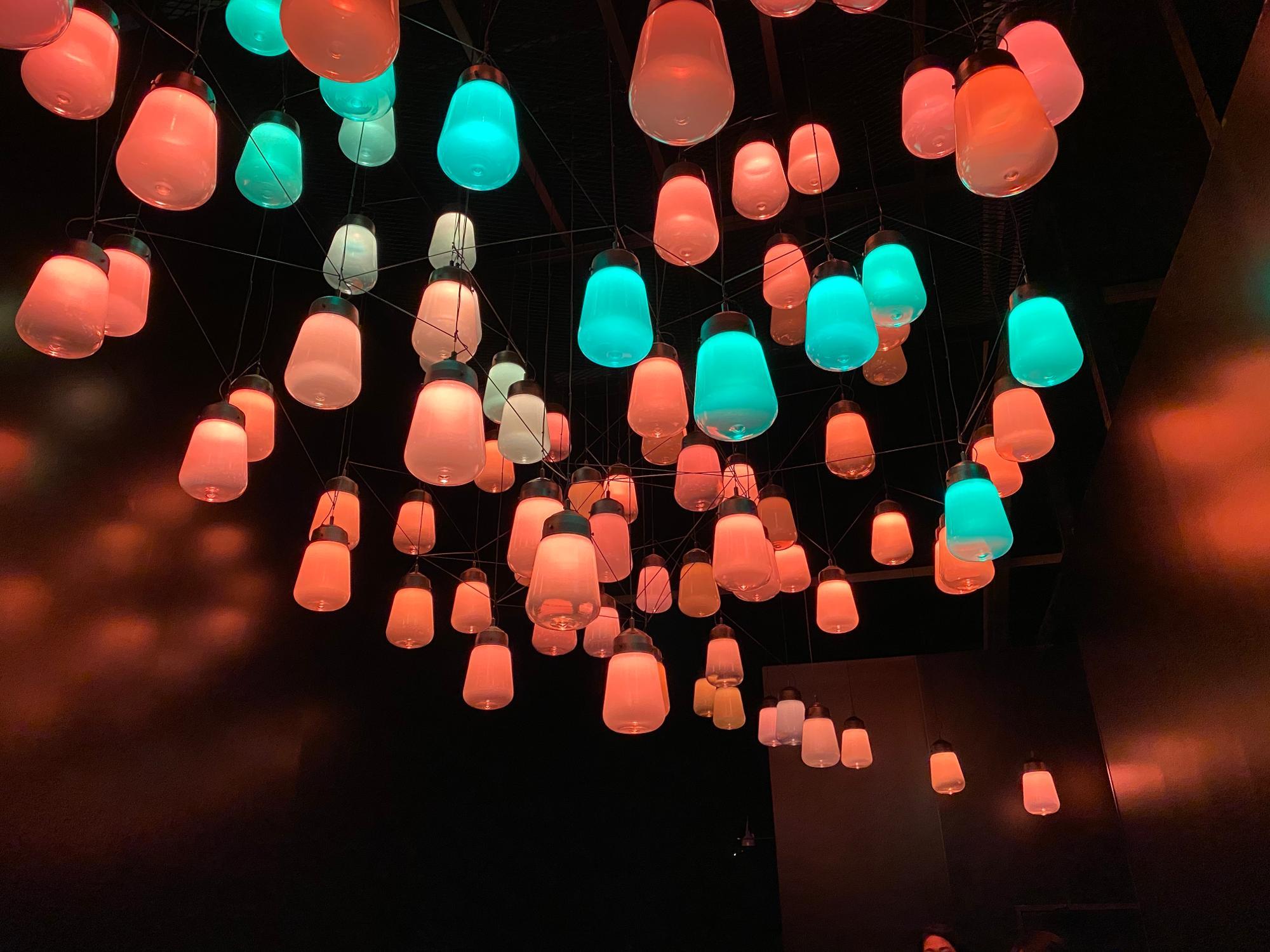 「呼応するランプのアレイとスパイラル-ワンストローク」/館内頭上にずらり並ぶランプの塊。ランプの下を通ったりサウナ室に入ろうとすると、呼応するようにランプが輝く