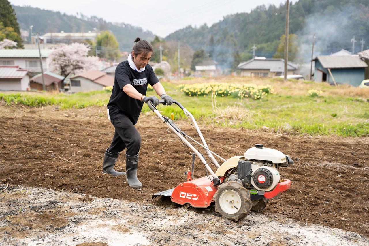耕運機を操作し畑を耕す。この日、誰よりも汗をかいて作業をしていた