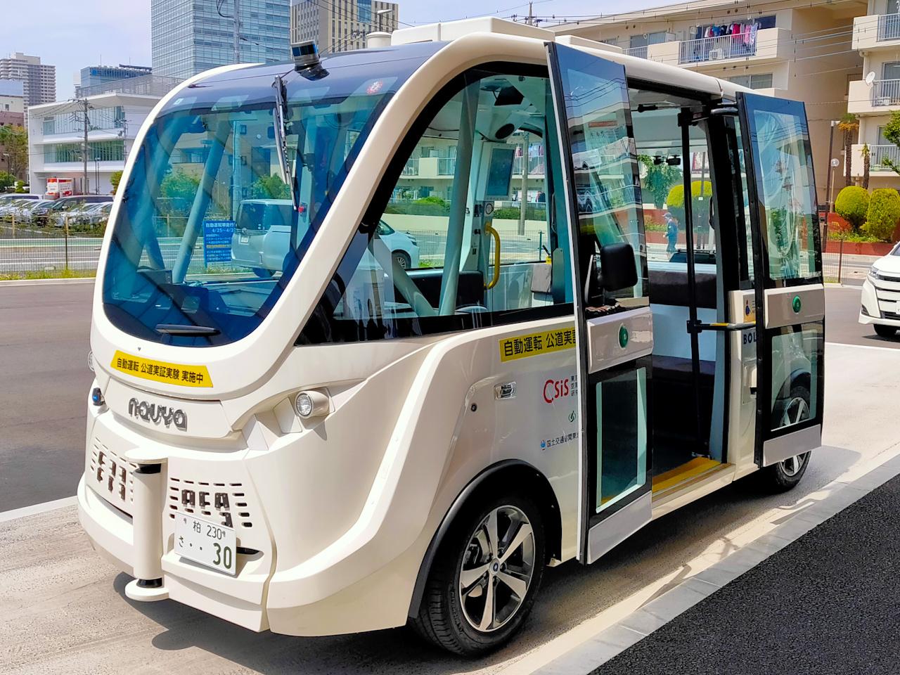近未来を感じさせる車体。窓が大きく、社内から外の景色も広々と感じられる印象です。
