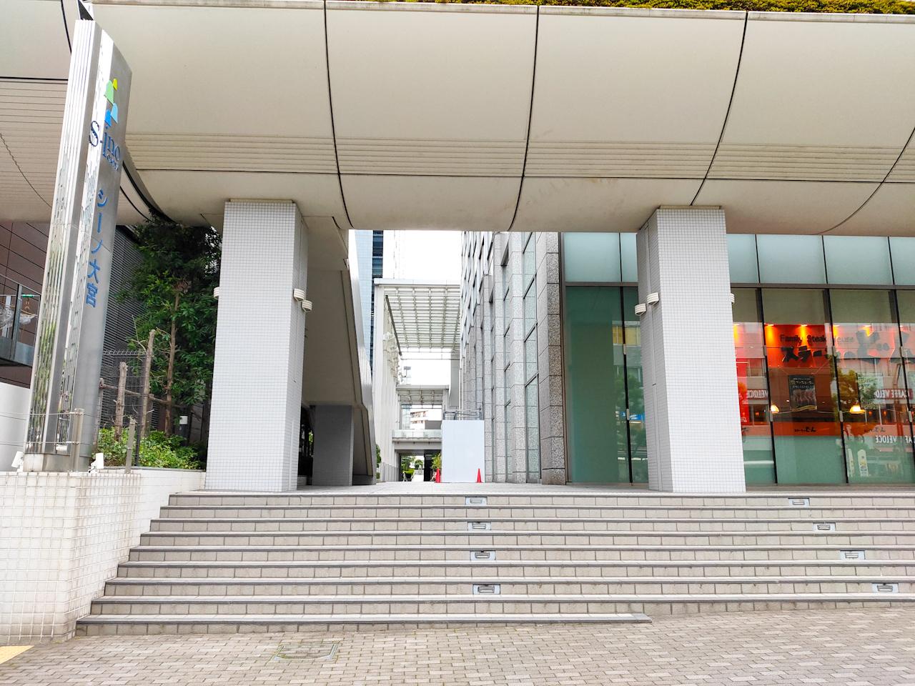 「ステーキのどん」と新しい武蔵野銀行本店に挟まれたこの通路の先にあります