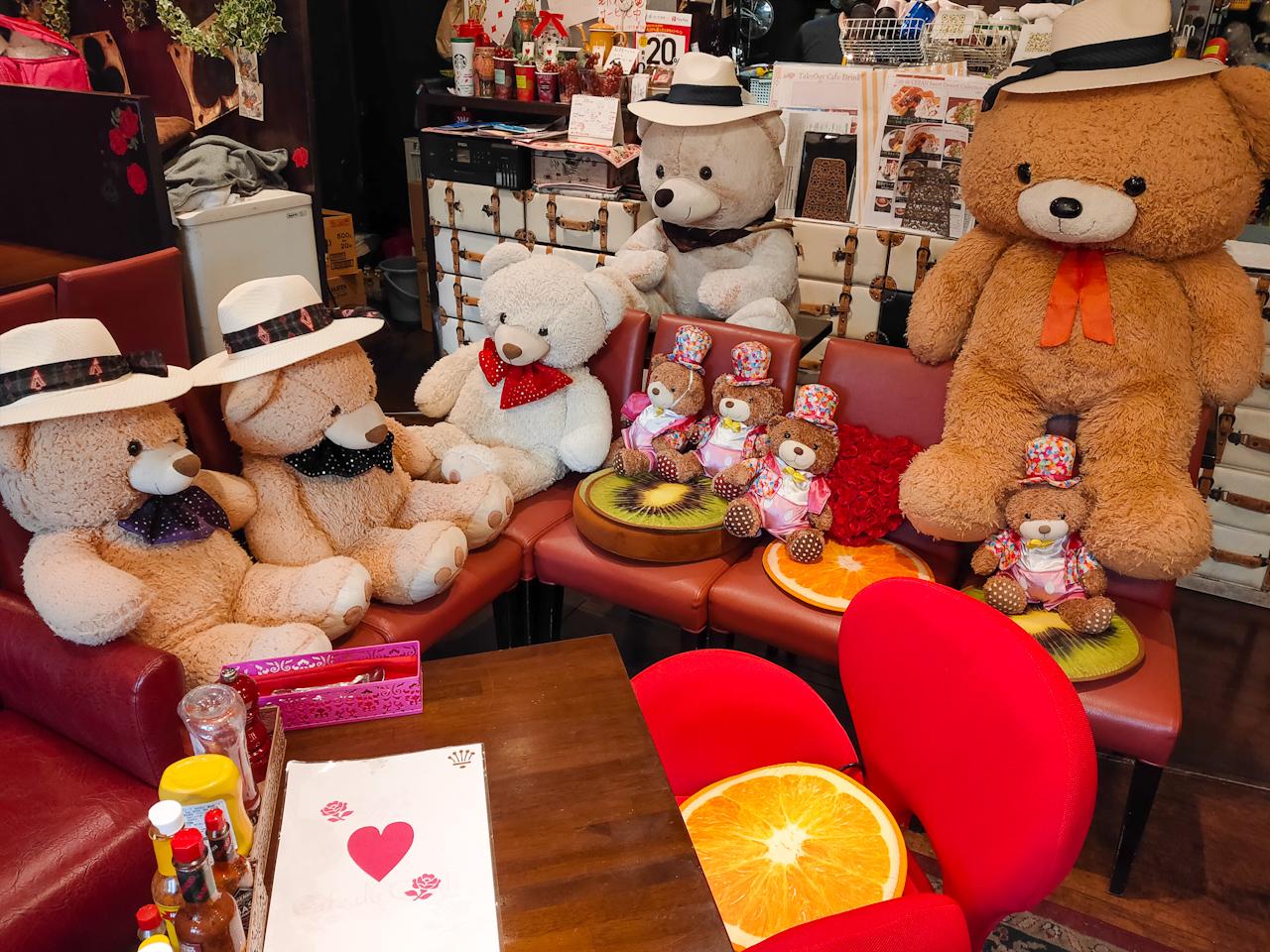 大勢のクマと一緒にカフェタイムを過ごすことができます。