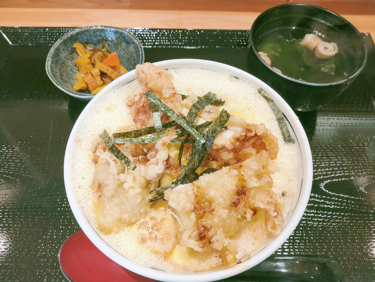 京雀の「祇園とり天玉子丼」(980円)