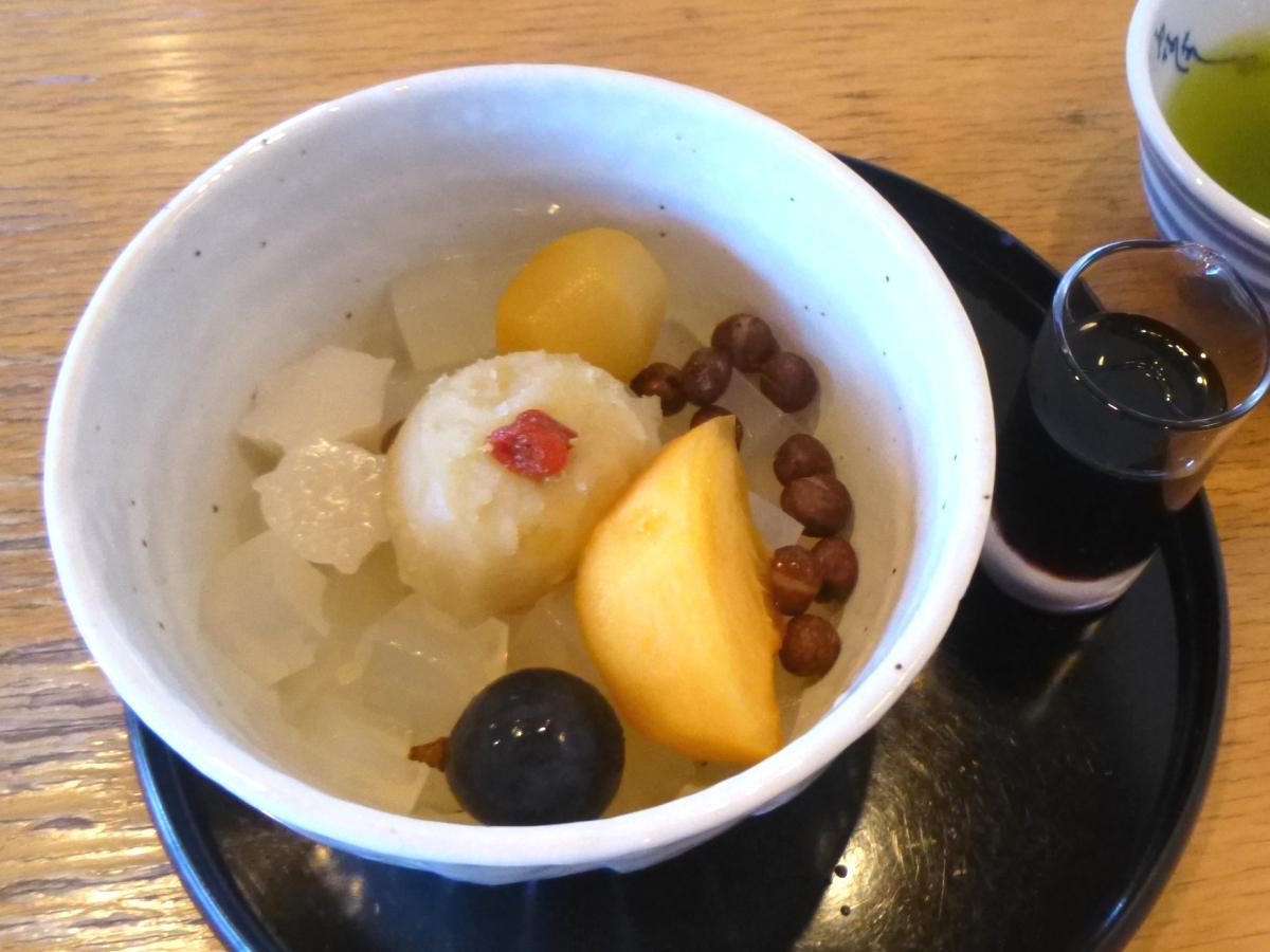 「恵みの秋のフルーツあんみつ」(税込870円)。右側の黒蜜をかけて召し上がれ。
