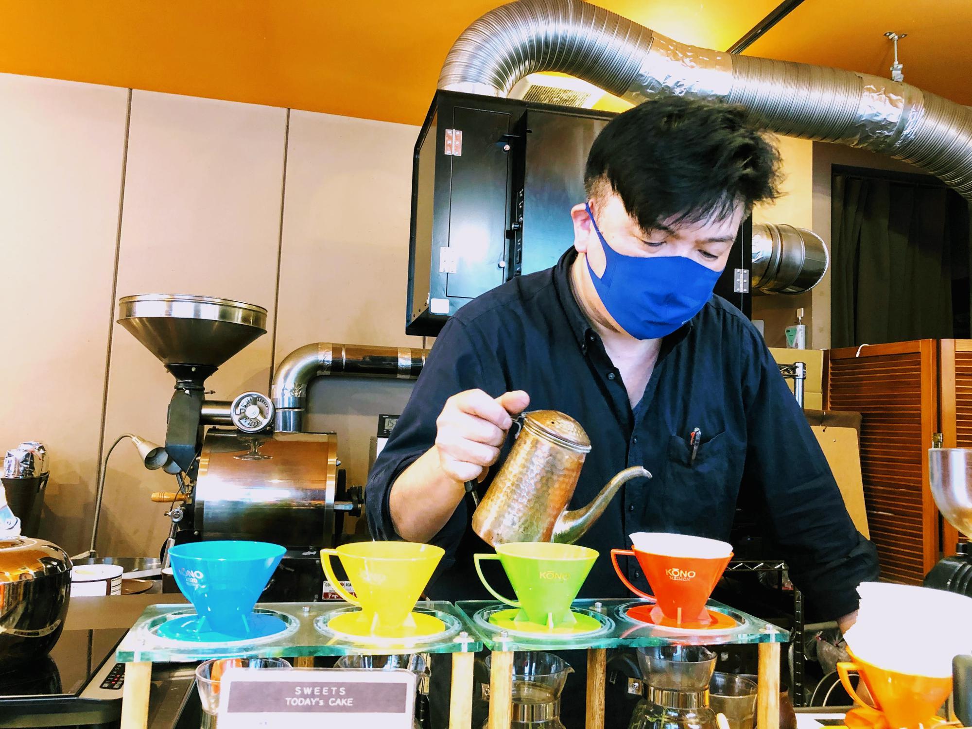 カラフルなドリッパーでコーヒーを淹れる柴田さん