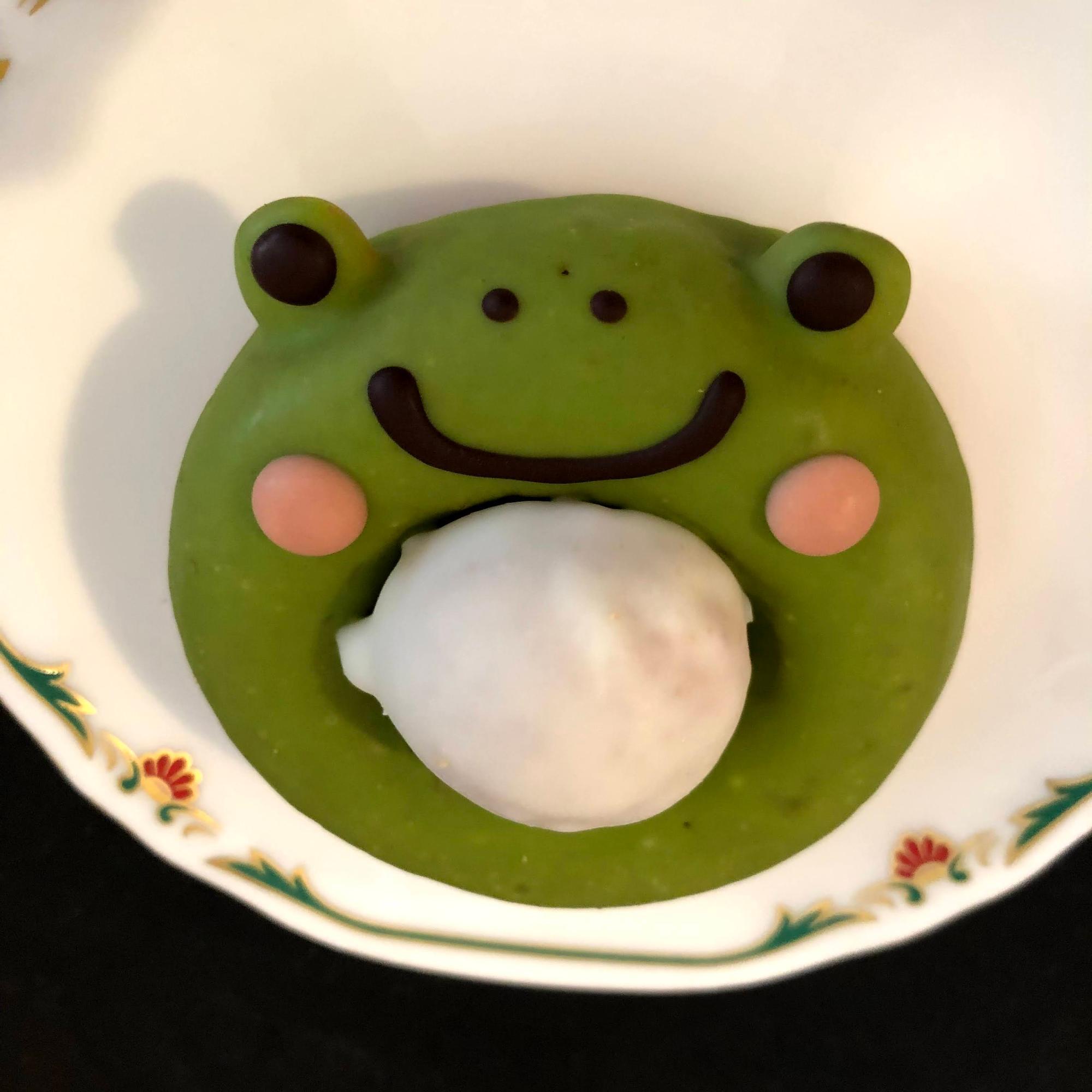 抹茶風味のカエルくんは、お腹にホワイトチョコドーナッツを抱えていて、二味楽しめる