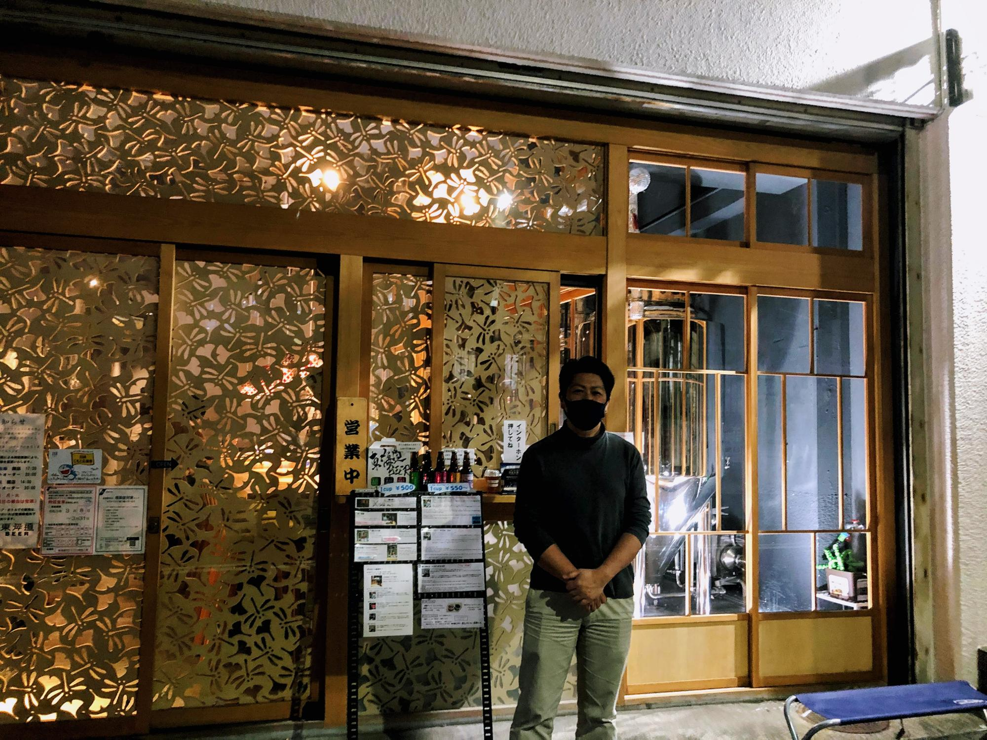 切子のような美しい東海道BEERのファサードは、オーナー岩澤さんの家業である硝子から想起されたデザインでもある