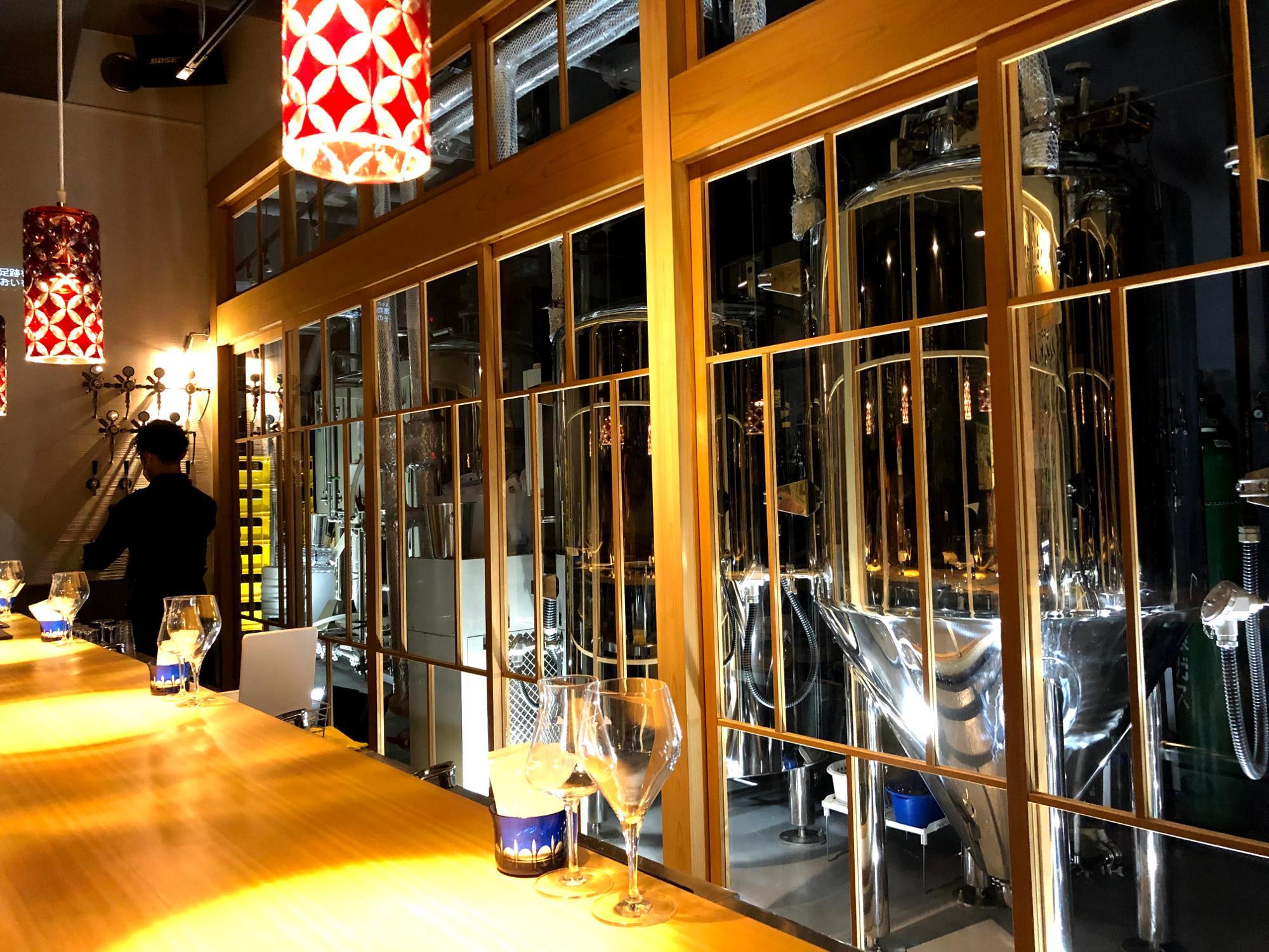 カウンター席の前には、発酵中のビールのタンクが並ぶ