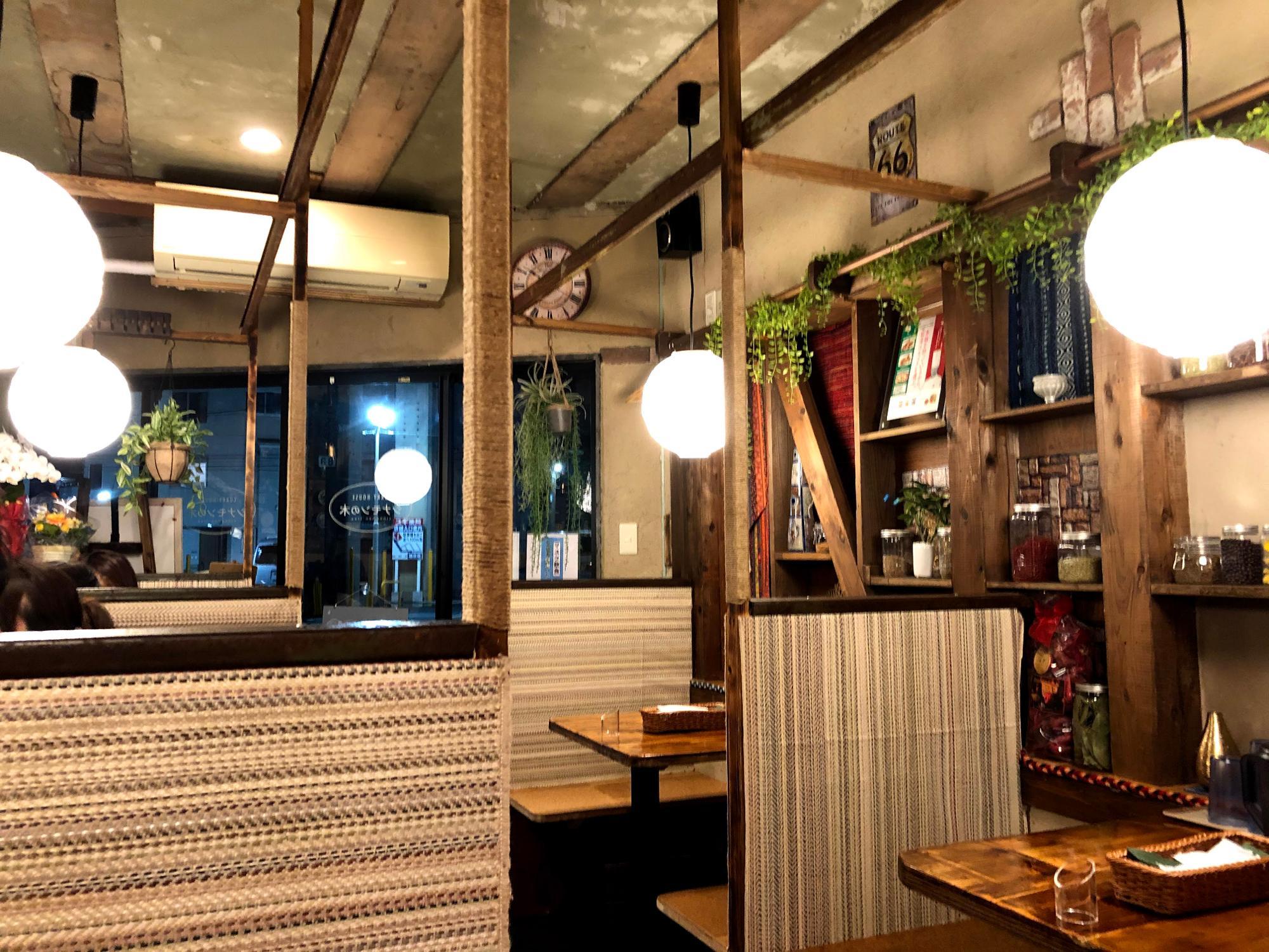 4人掛けのテーブルが手前に3席、2人掛けのテーブルが反対側に3席、ボックスシートになっている