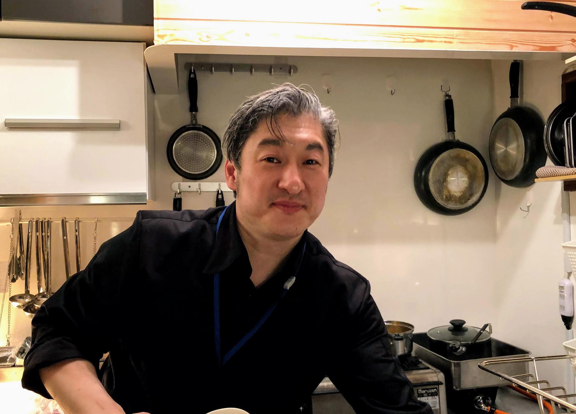 カメラを向けると、マスクを外して笑顔を見せてくださいました。この優しさは料理の味にもしっかり感じられました