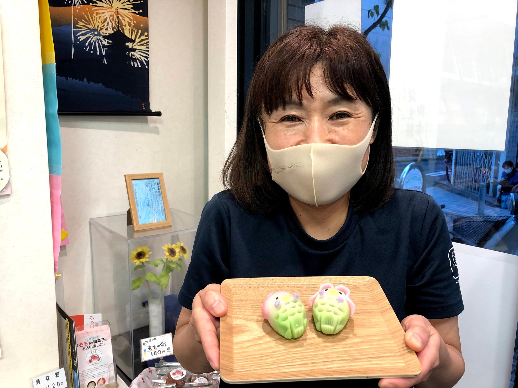 アマビエの練り切りを見せる女将の須田美鈴さん。女将の笑顔のファンは多い