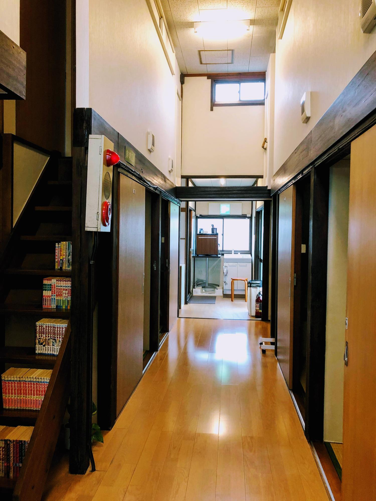 掃除が行き届いている館内、子どもと一緒に泊まるのも面白そう、個室はもちろん施錠できる
