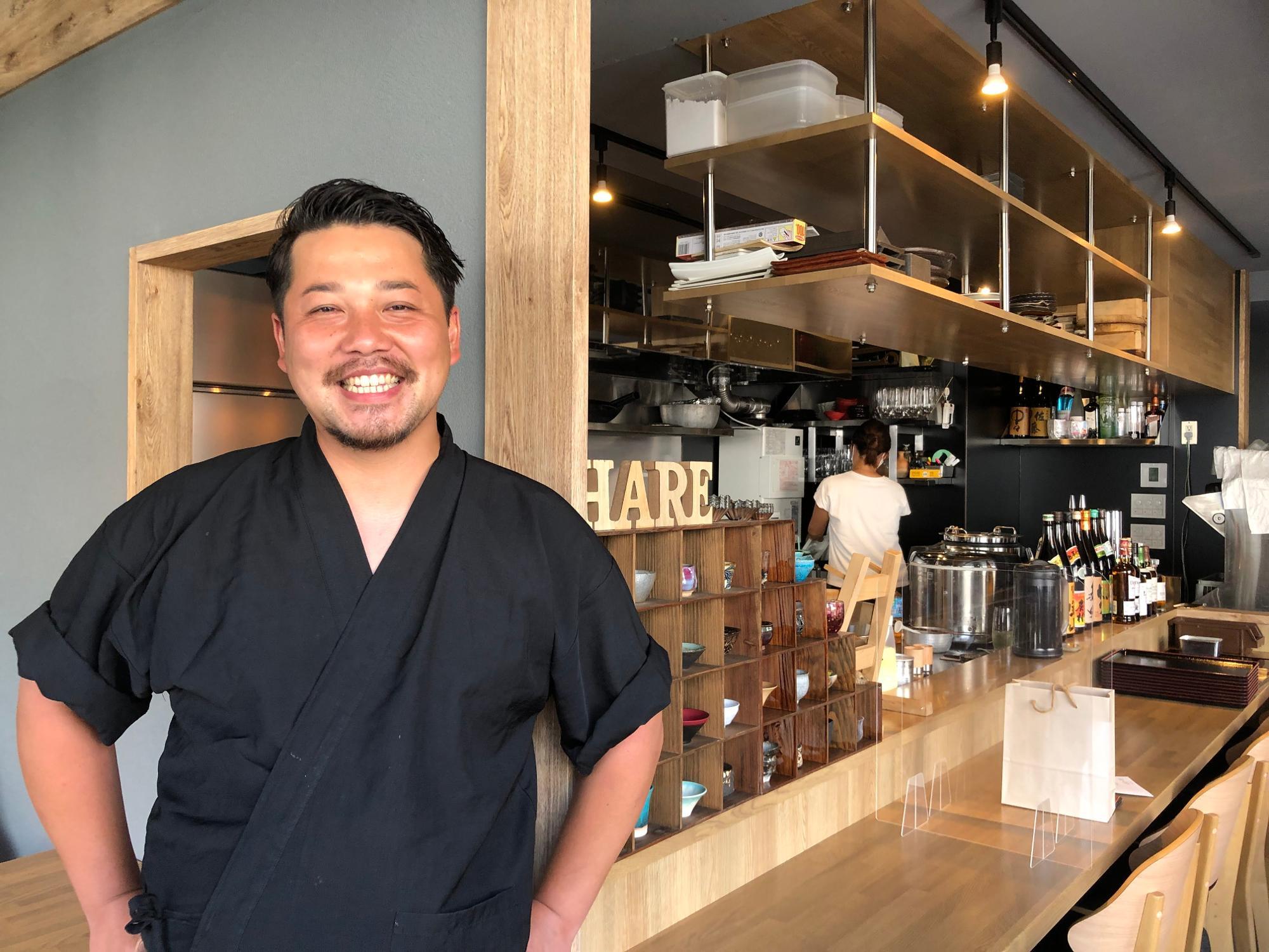 マスクを外して撮影に応じてくれた店主の藤田さん。後ろ姿は、ランチをお手伝いしているという美人の奥様