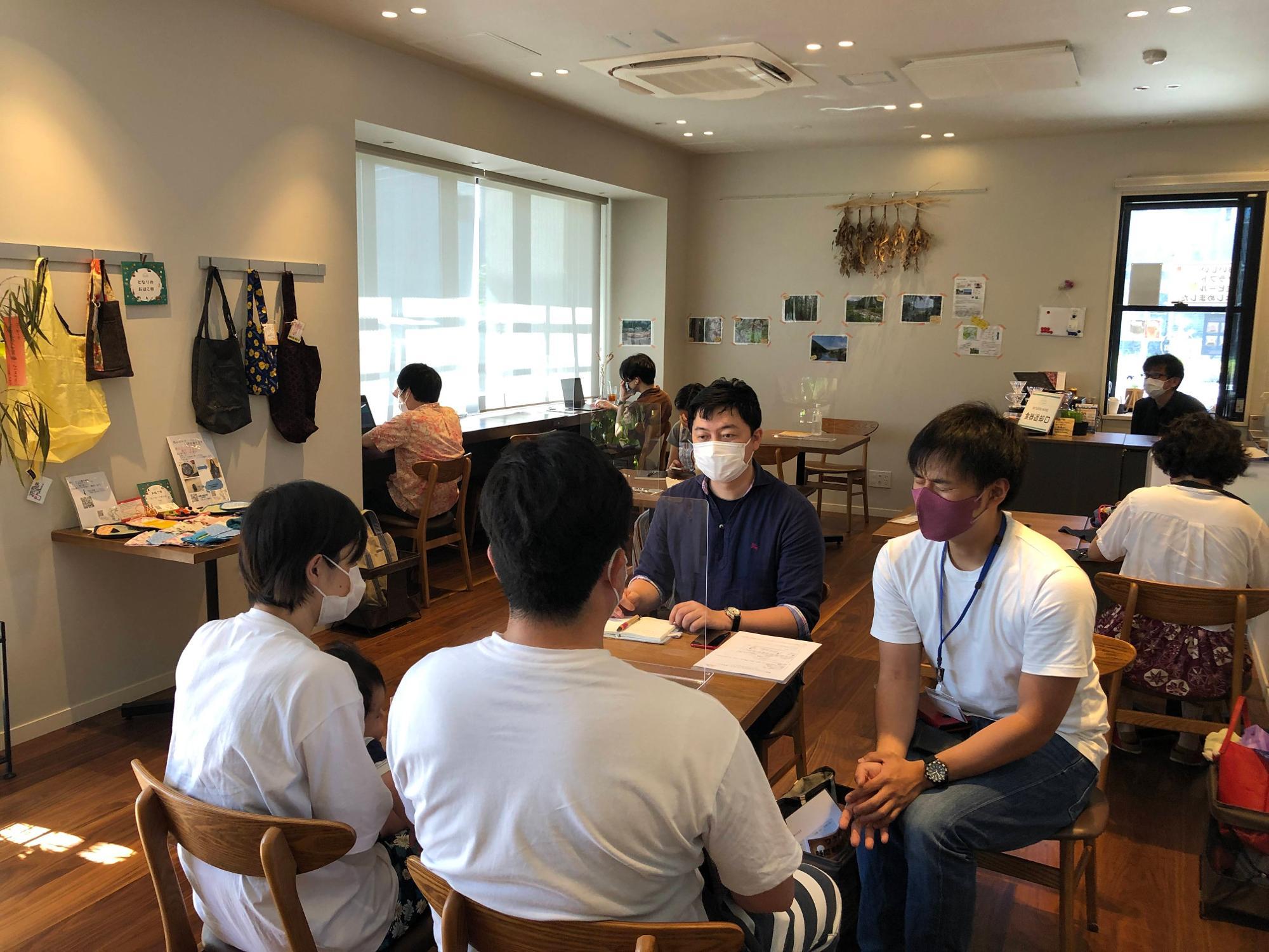 若い夫婦の相談に乗る西智弘医師(左)、右は「暮らしの保健室」の相談員・勝山陽太さん