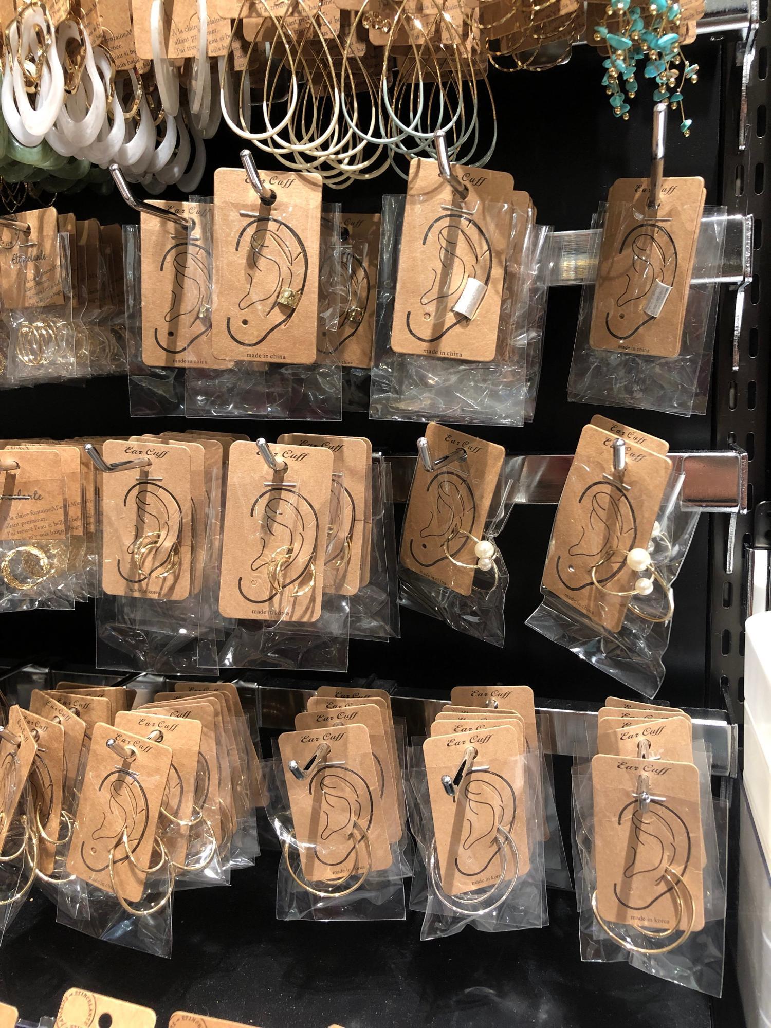 価格は200円〜ととてもお求めやすくなっているイヤーカフ、耳に引っ掛ける形なので、ピアスの穴が開いていなくても着用できるのが魅力