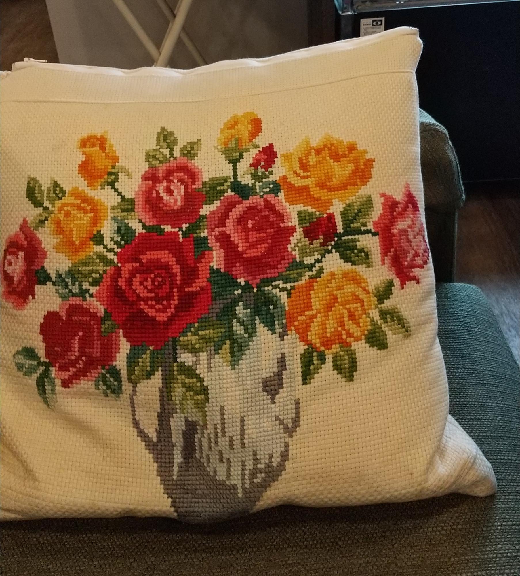 ソファには薔薇柄のクッション
