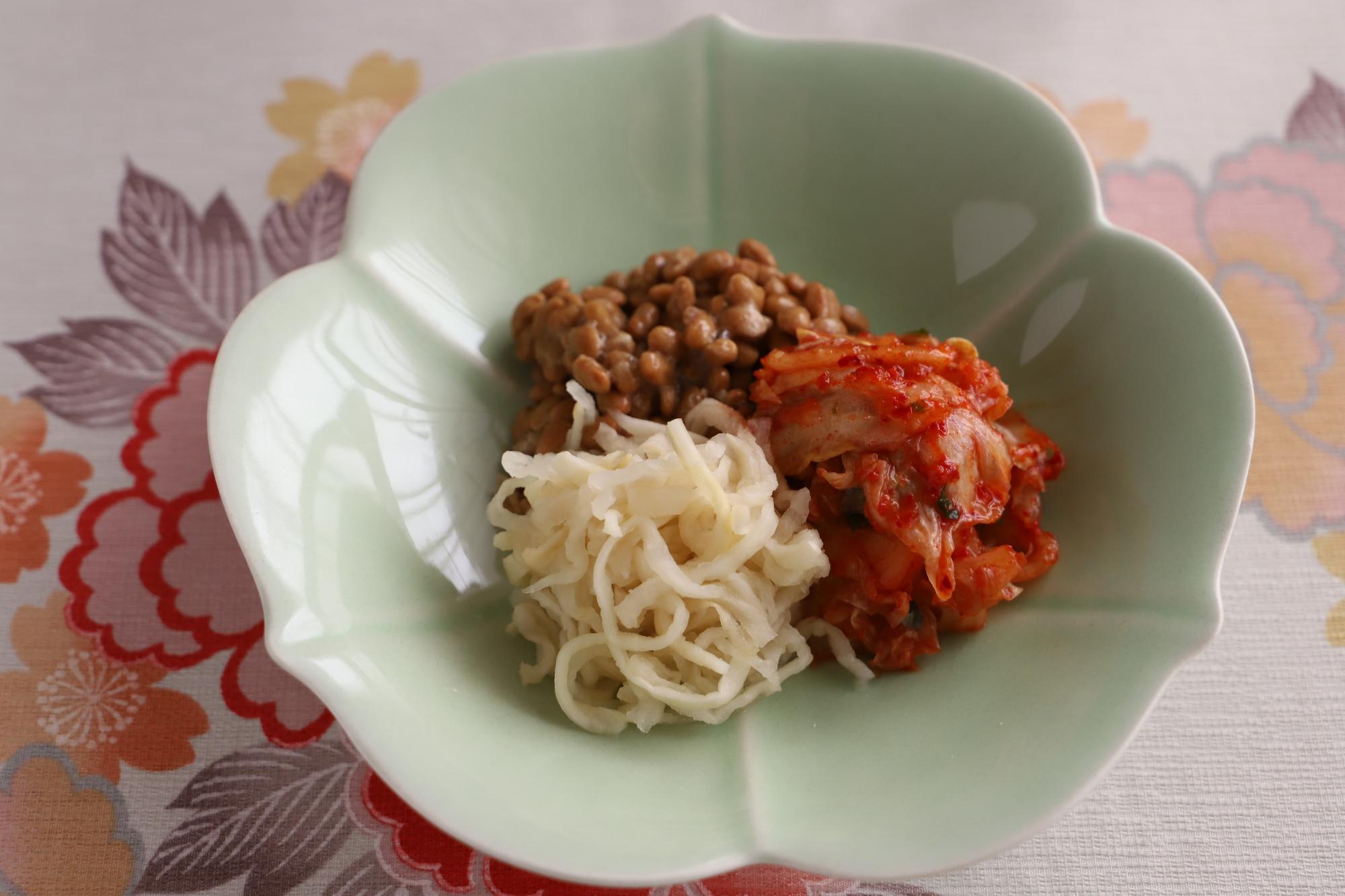 納豆、戻した切干大根、キムチは適量を入れた状態。