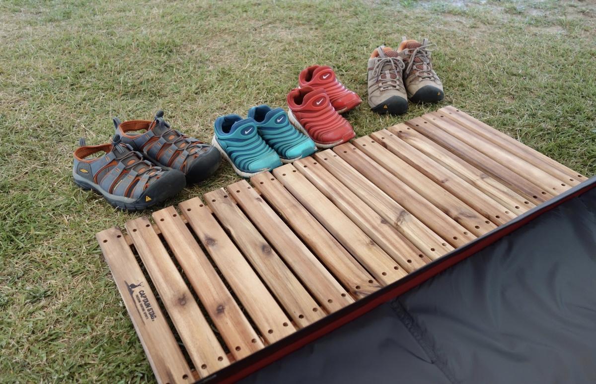 テントの入口に靴を並べると防犯対策になります