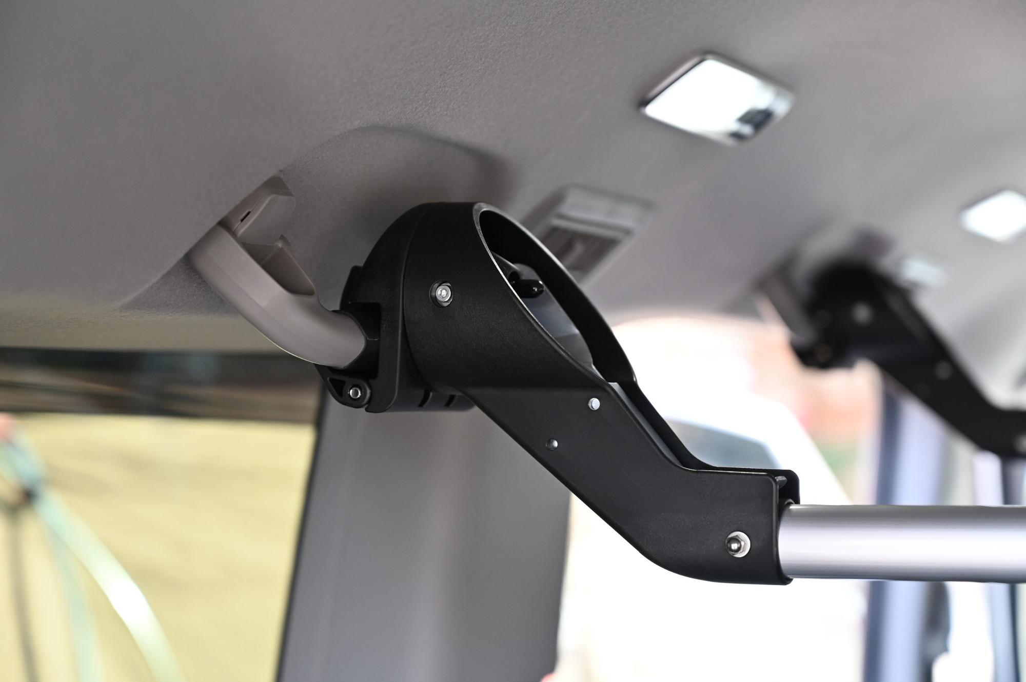 車内天井に荷物を載せるにはハンドグリップを活用する