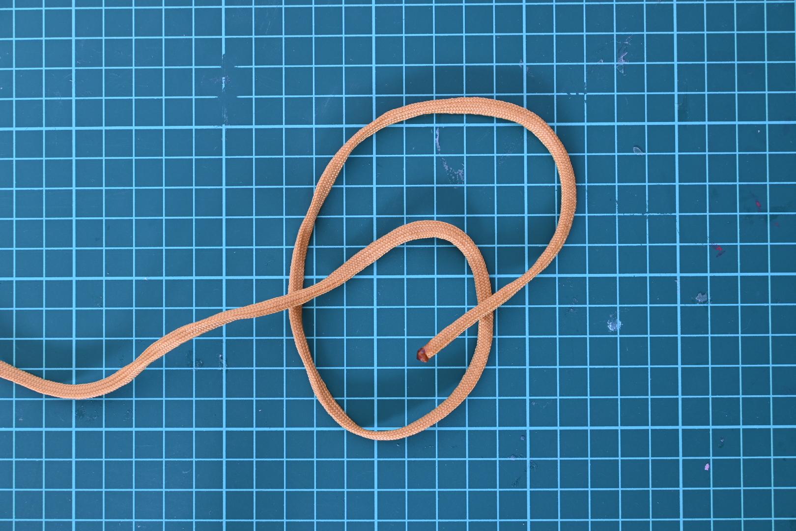 2. 輪っかを通すように(今回は上から)ロープの端を入れていきます