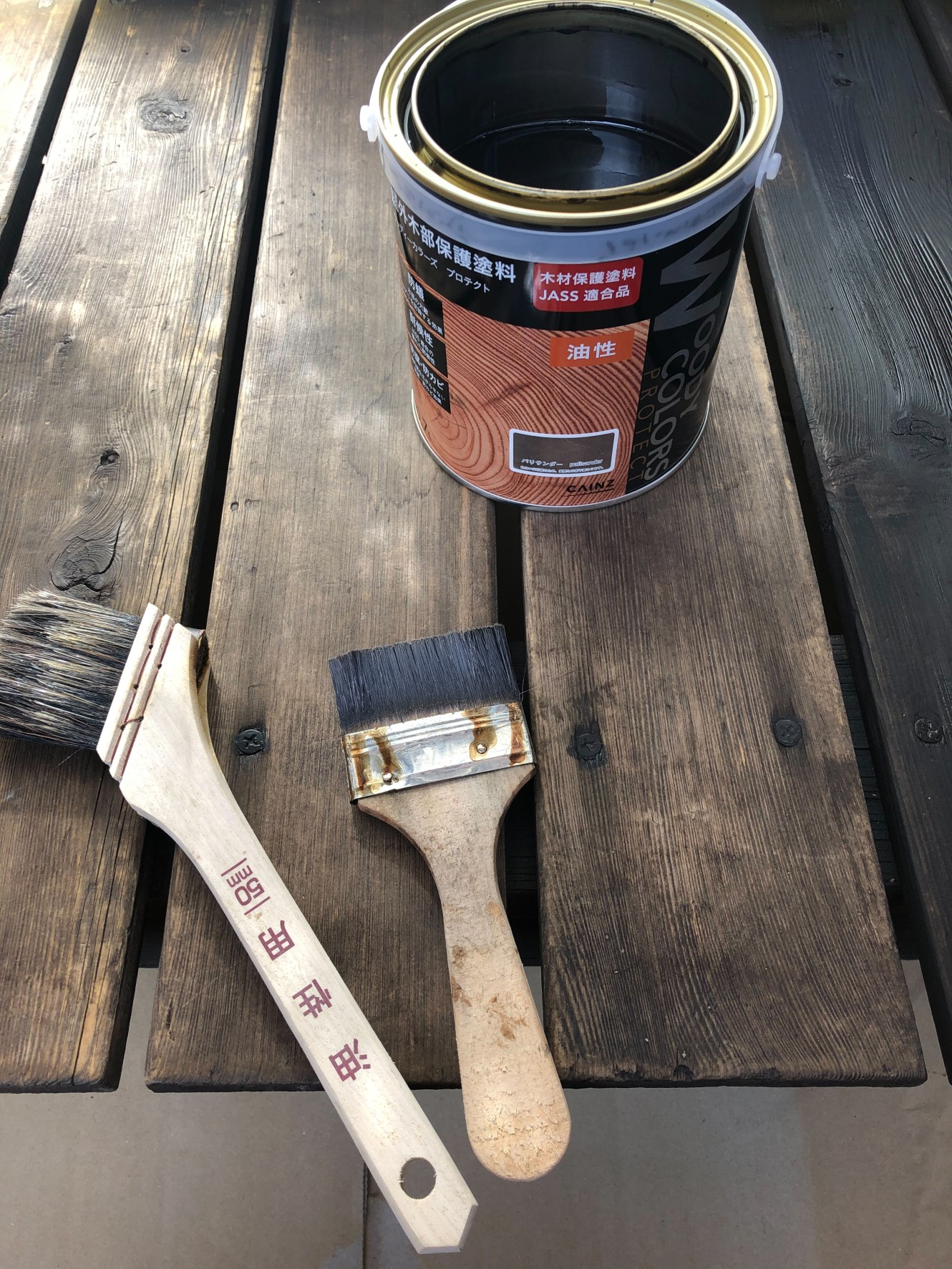 コツさえ掴めば、ペンキ塗りより早くて簡単です。バシャバシャ塗って、ボロ布でこすればOK!