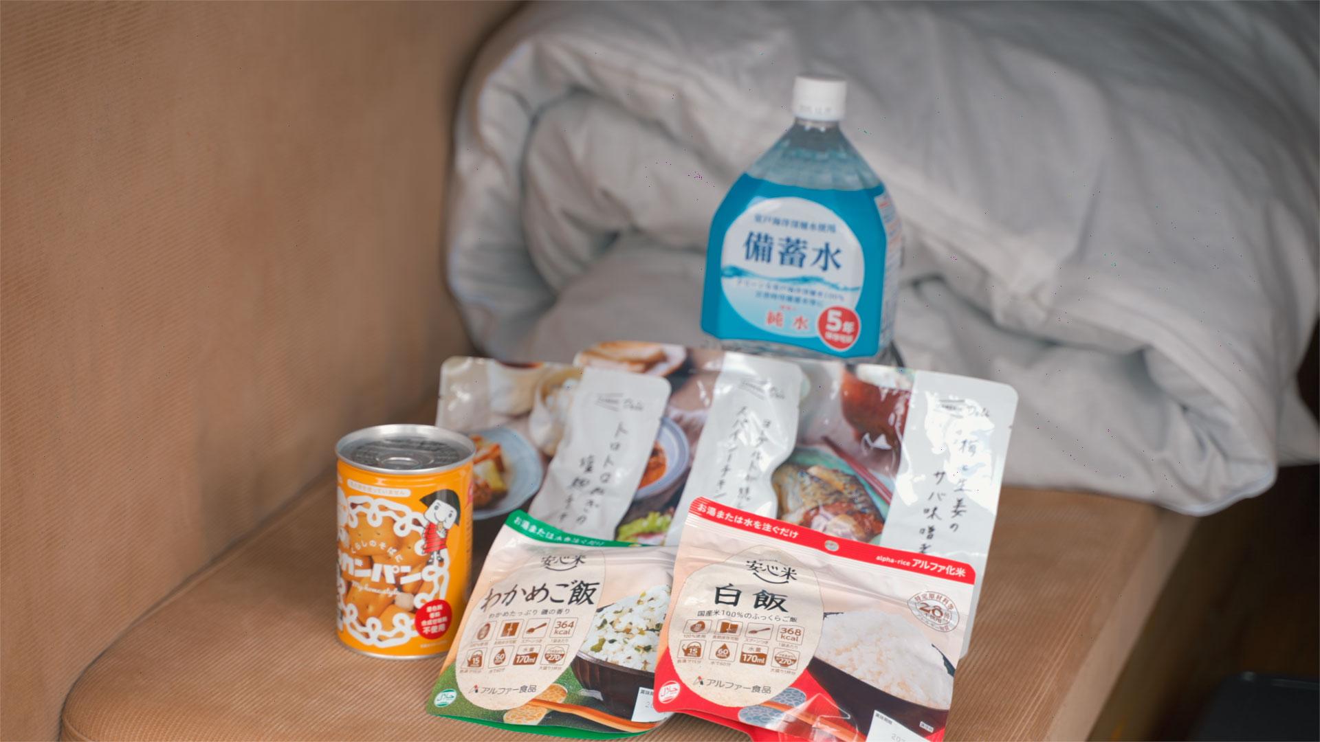 実際に車中泊旅をしてるハイエースに積み込んでいる非常食たち
