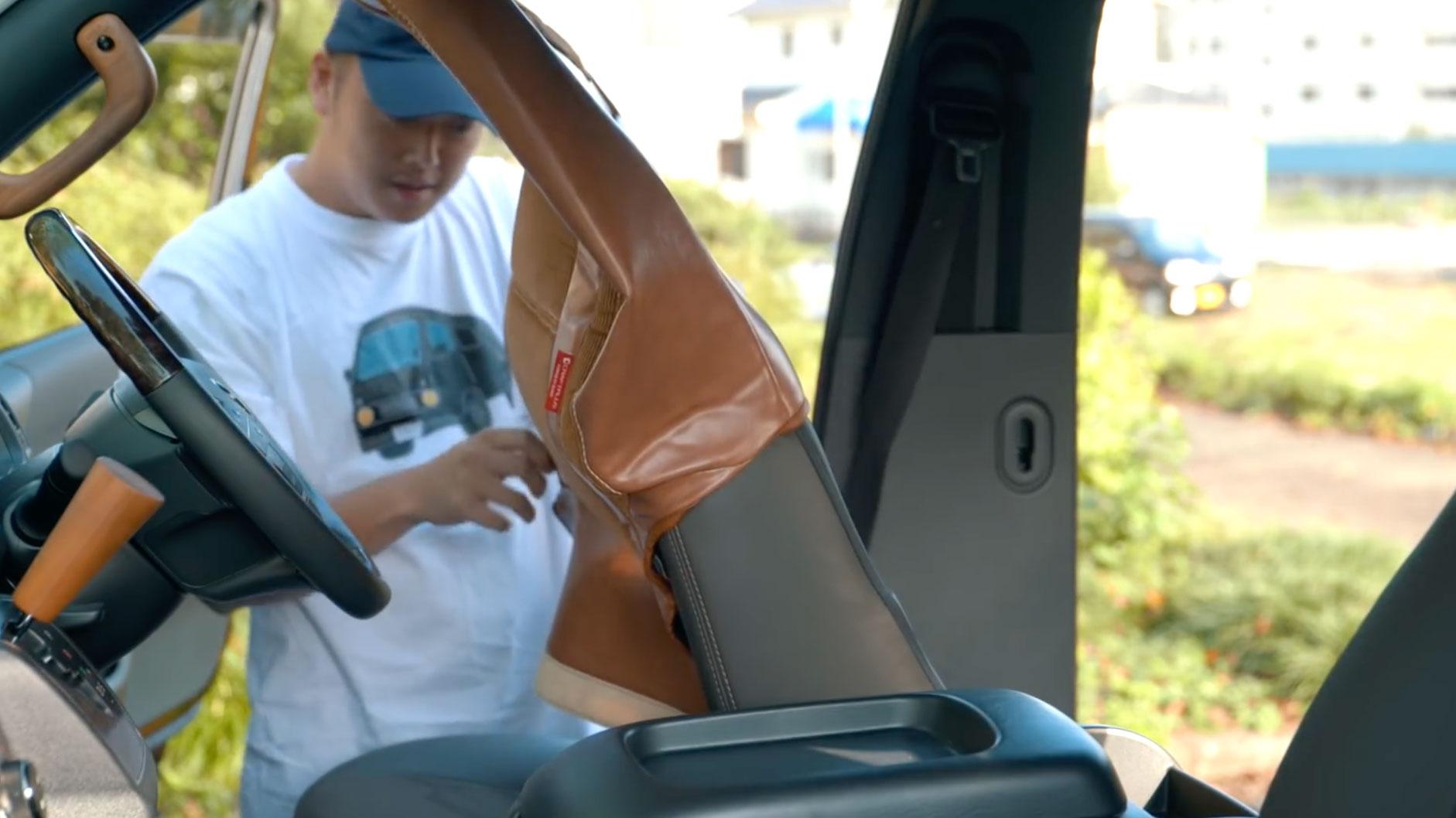シートにはそれぞれ運転席用、後部座席用などのマークがついているので、間違える心配はなし