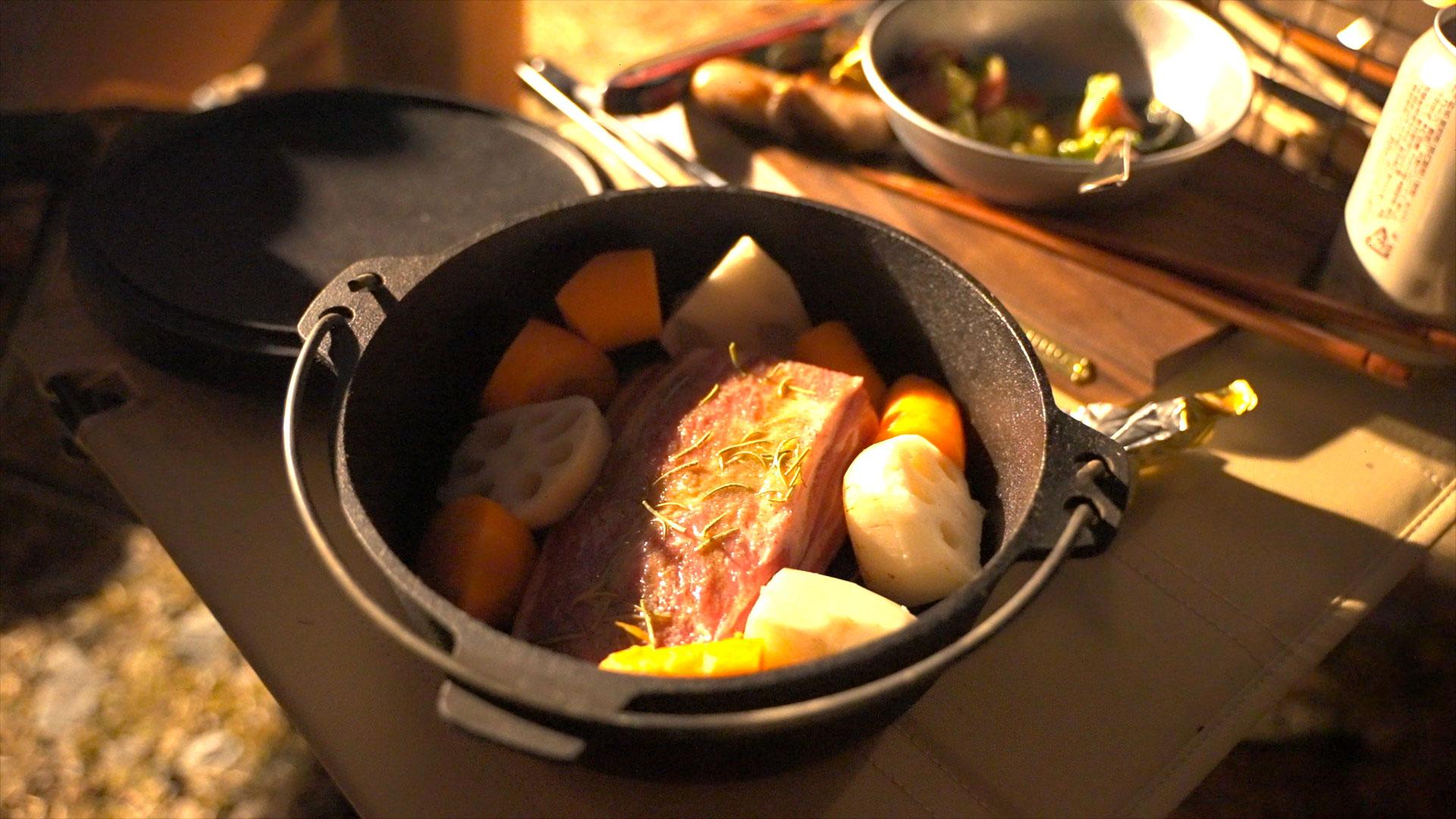 ダッチオーブンの下に網をしくと焦げつきを防ぐことができます