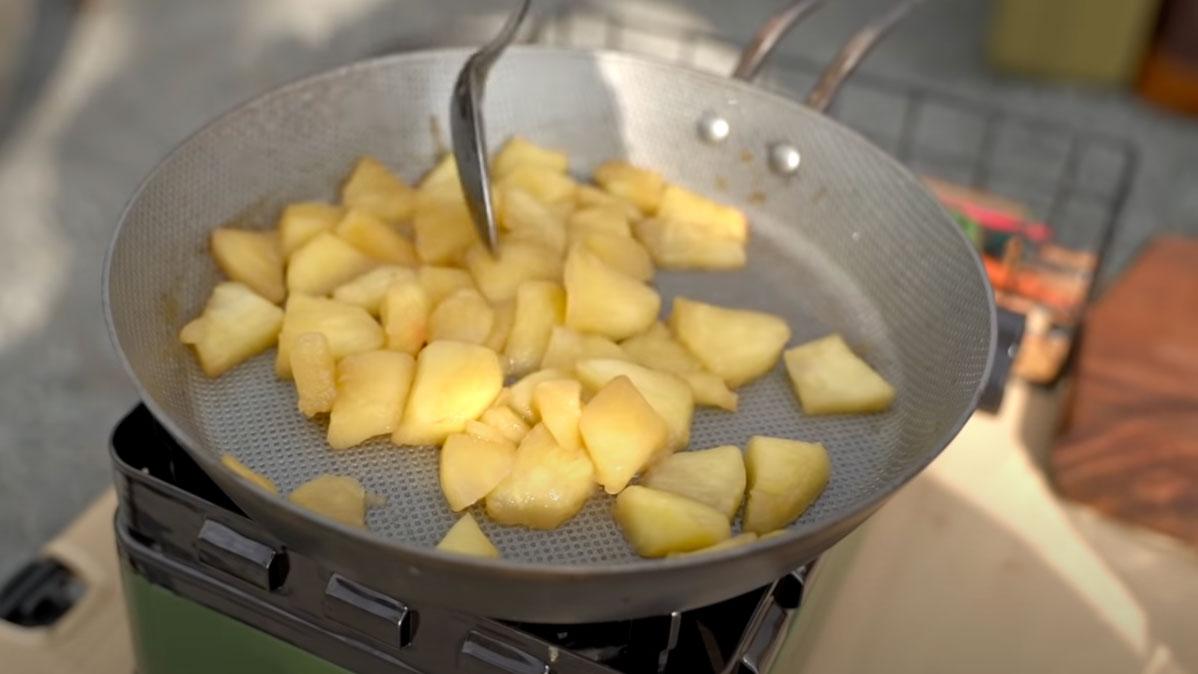りんごは色が変わるまで煮詰める