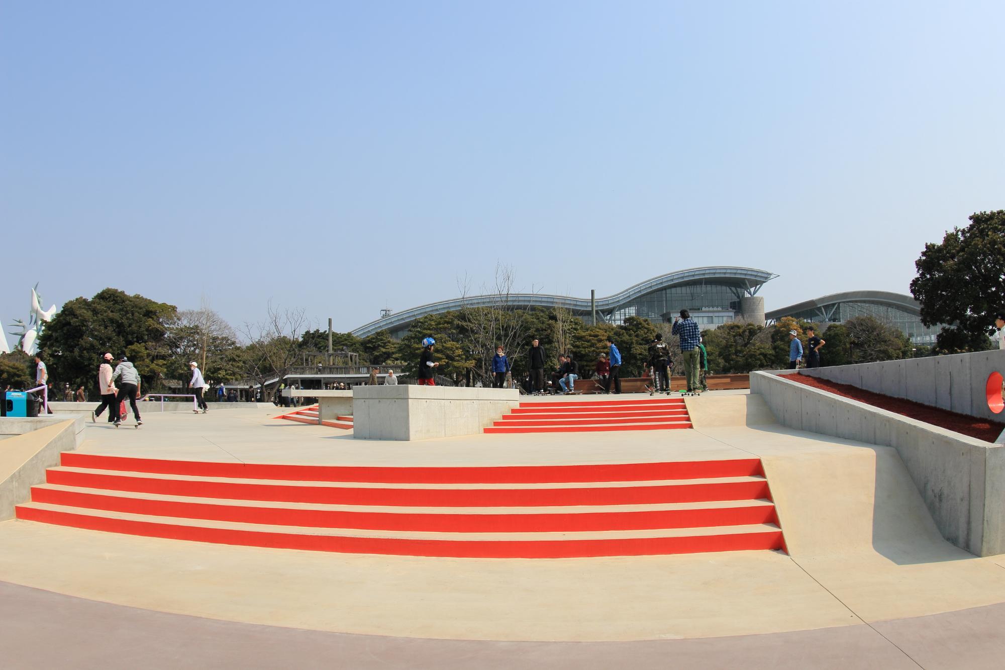 ストリートスケートボードパーク 階段や縁石が設置されていてこれらを使って様々なトリックを行います