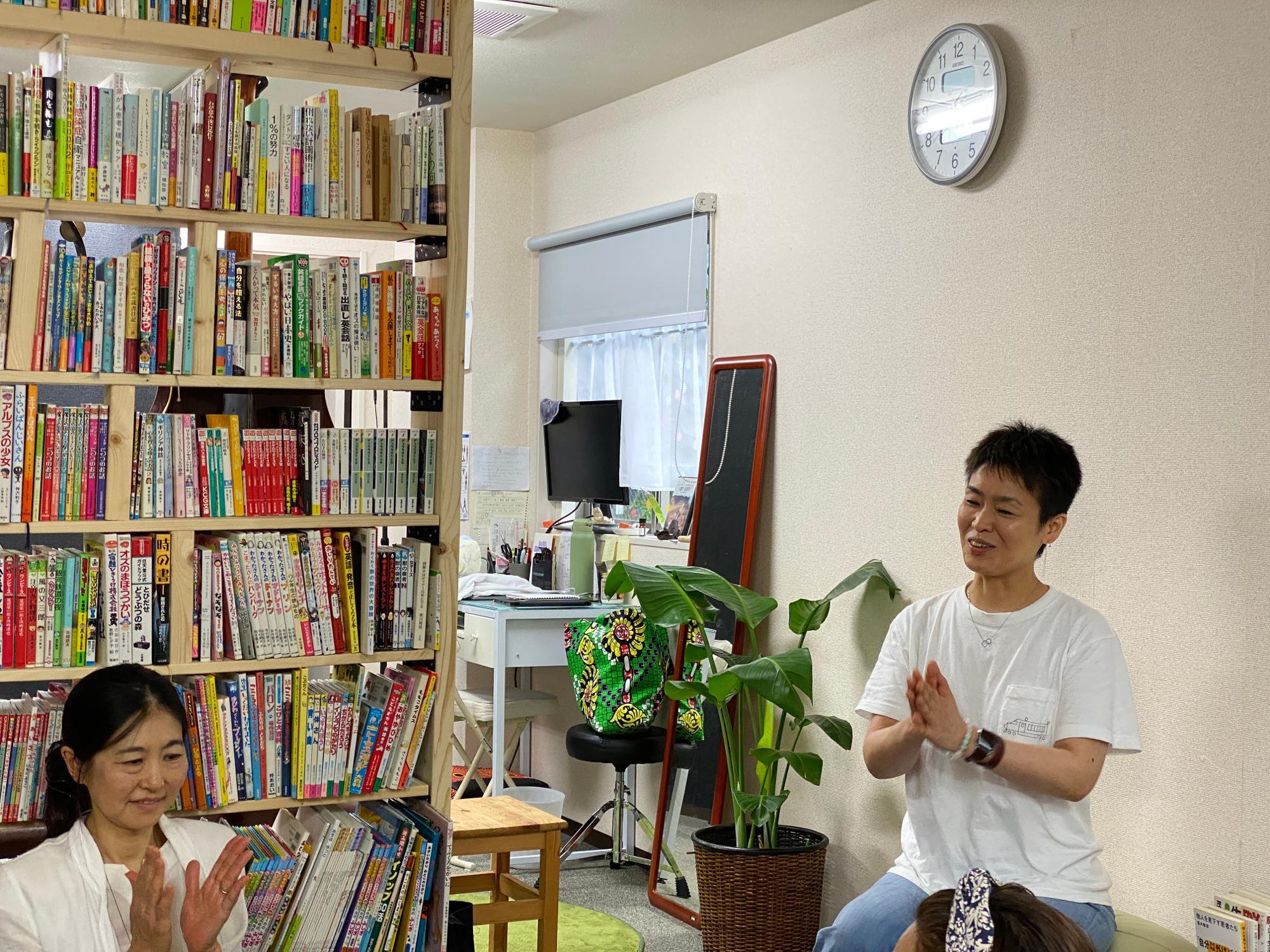 ぷらに創設者の青柳さん(右)と、館長で体験談を語ってくださったきょうこさん(左)