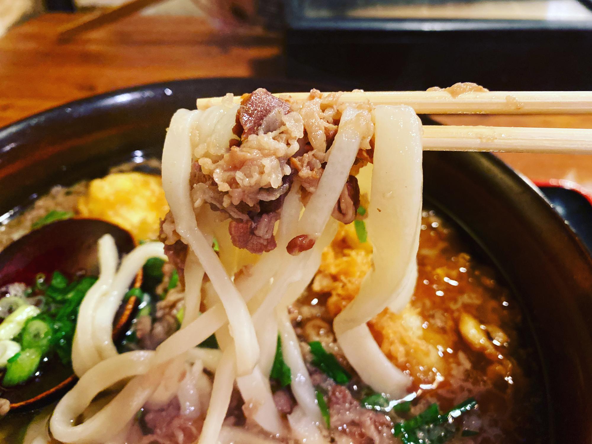 肉と自家製手打ち麺が絶妙に絡む〜〜!