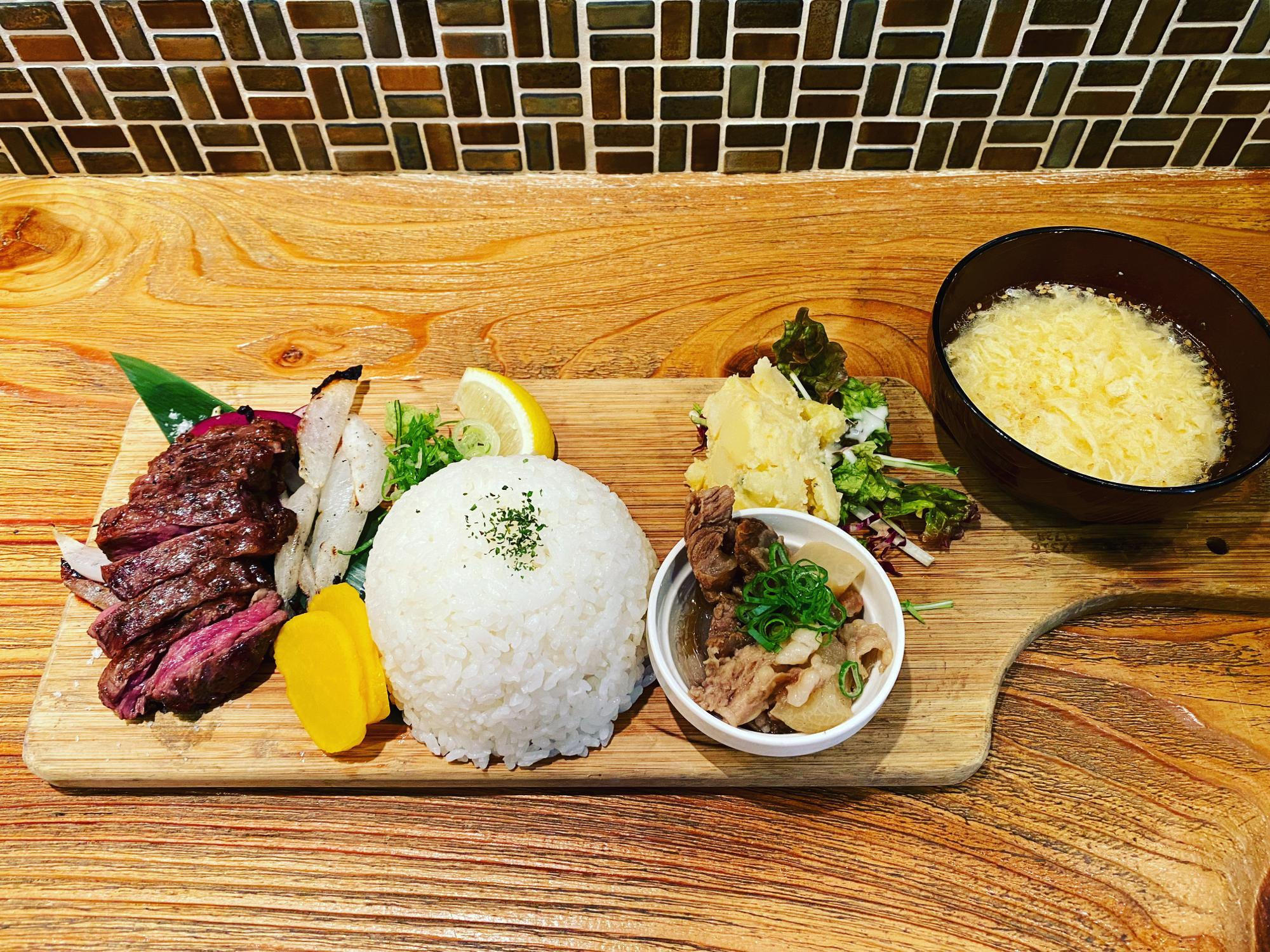 国産牛ハラミ炭焼きぷれーと(小鉢、サラダ、スープ付き、ライス大盛り)