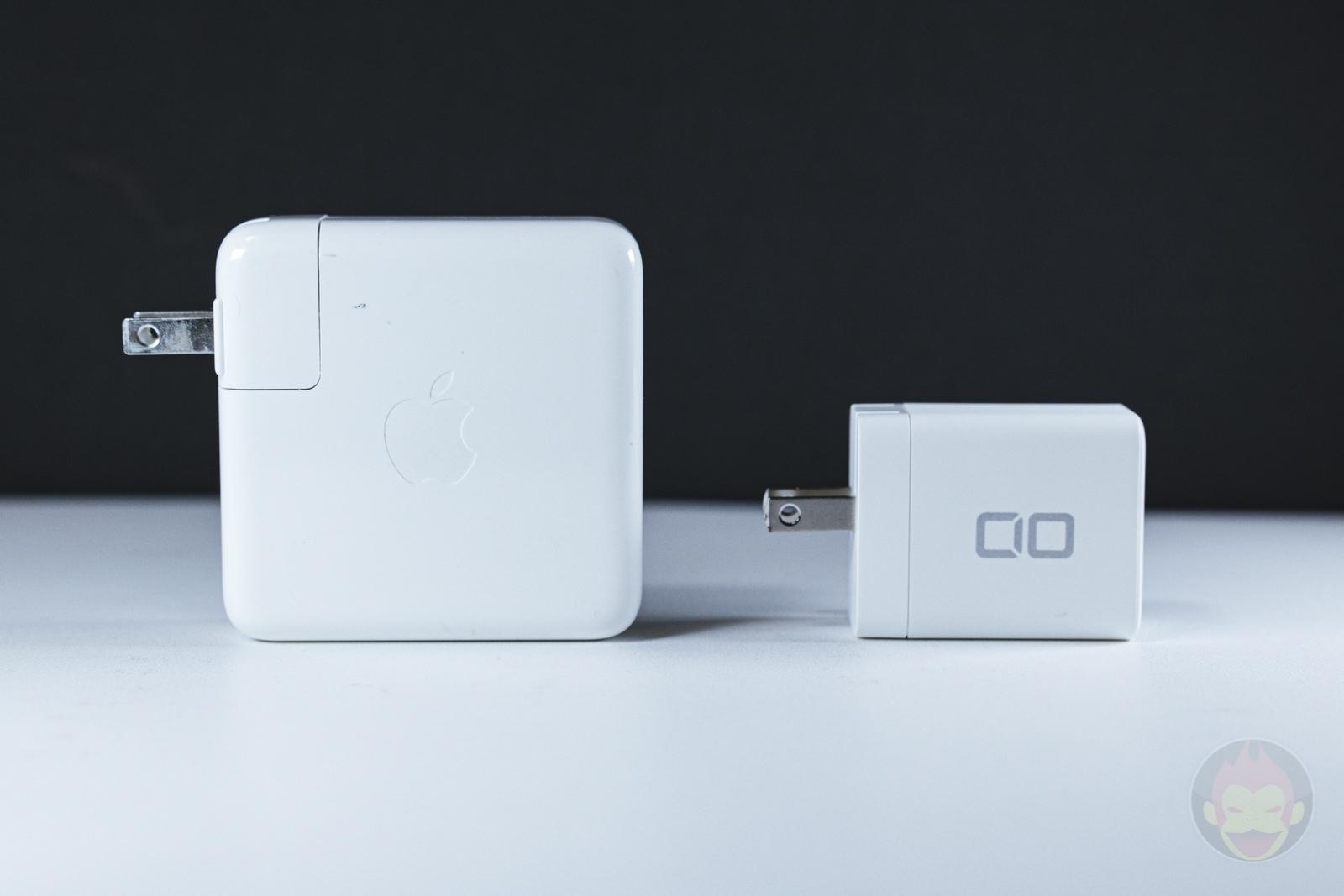 Apple純正の61W充電器(左)とサイズ比較