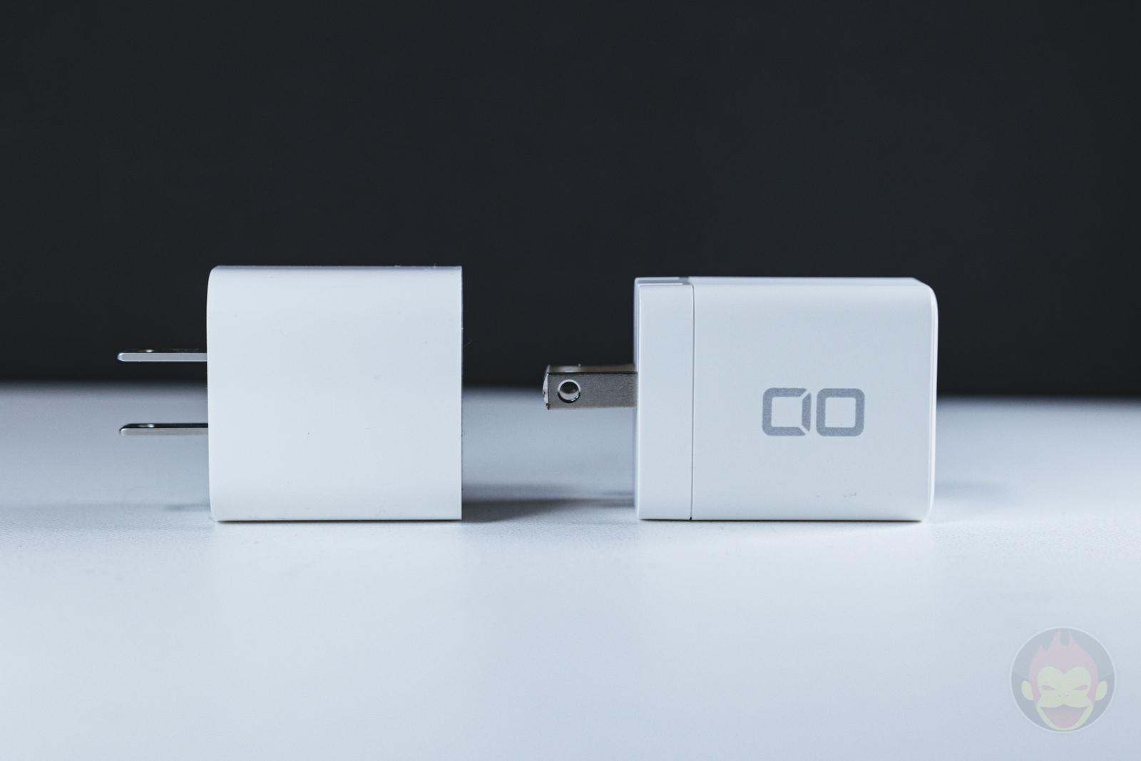 Apple純正の20W充電器(左)とサイズ比較