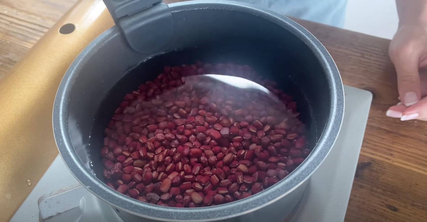 2回目の湯きりが終わったら、3カップの水を入れて沸騰させる。