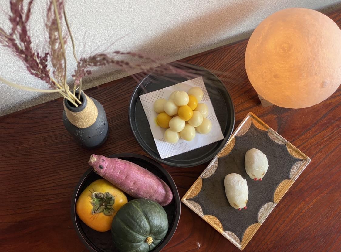 写真は赤米、月見団子、うさぎ饅頭、旬の野菜と果物