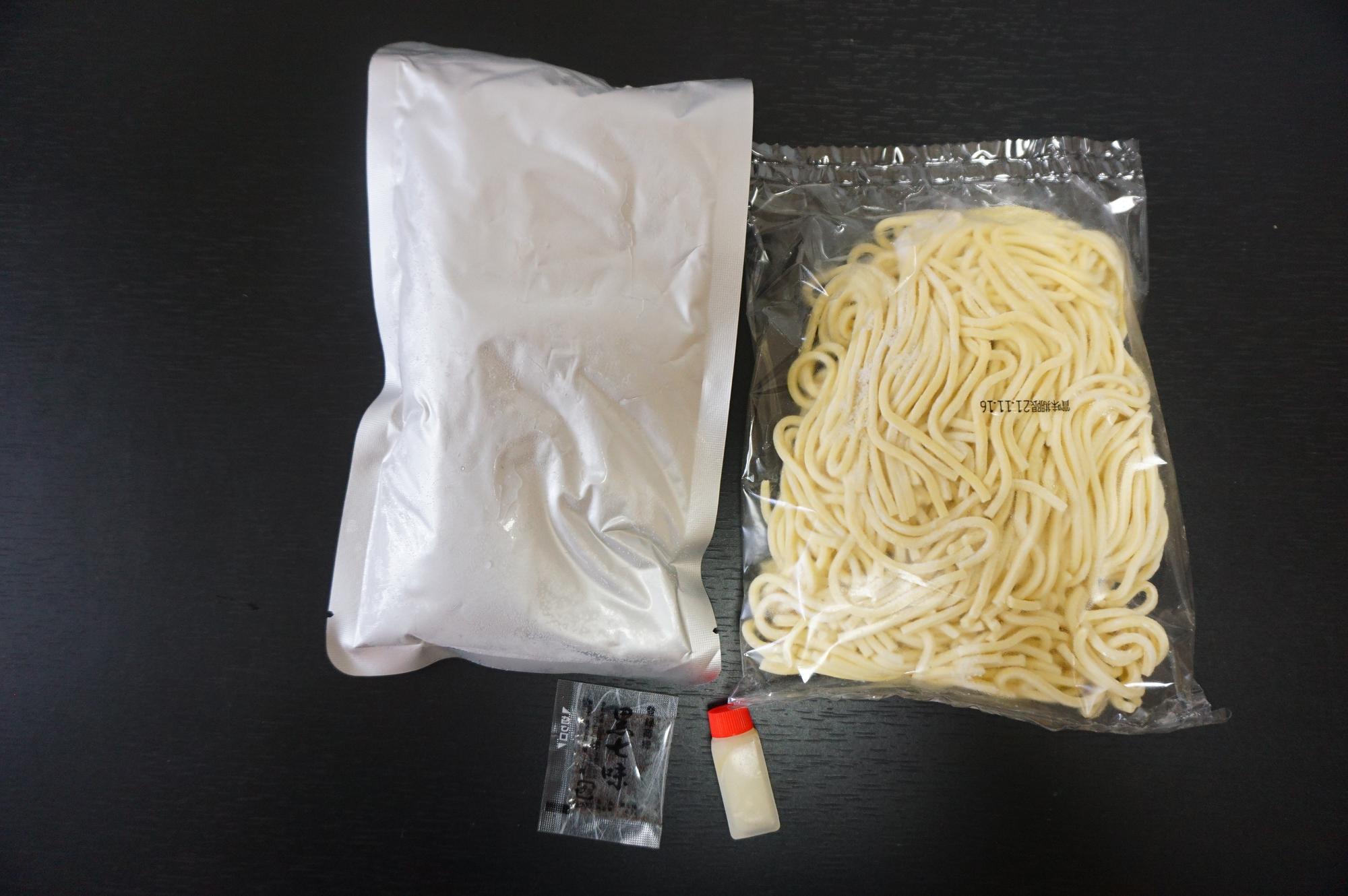 麺(右上)・具入りスープ(左上)・すだち果汁(右下)・黒七味(左下)