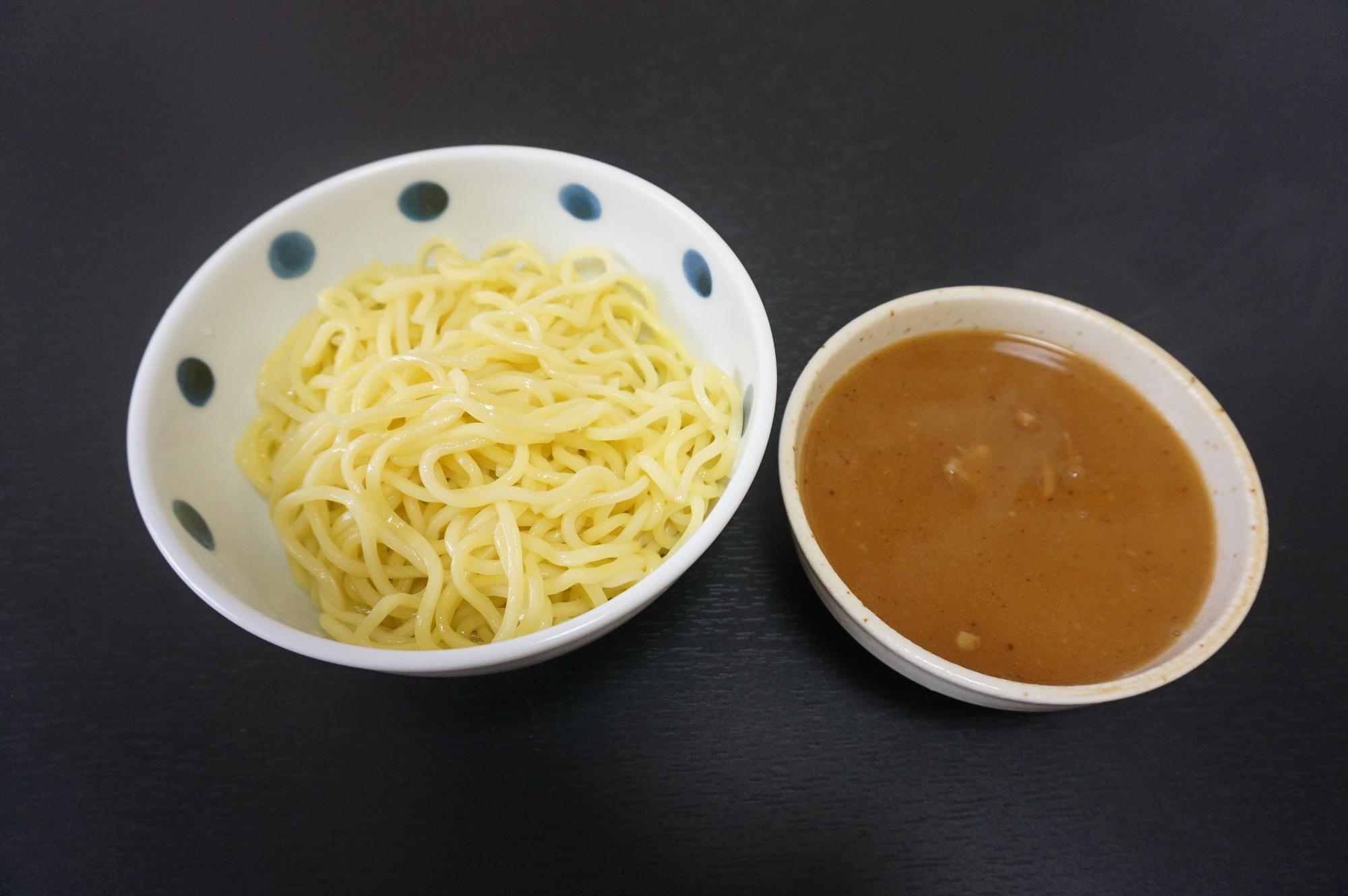 解凍後のつけ麺(250g)とスープ(チャーシュー・メンマ入り)