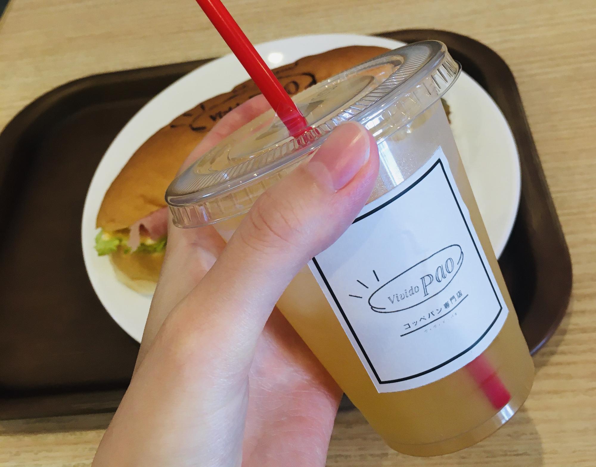 サービスのりんごジュース。+200円でフルーツドリンクを選ぶことも。