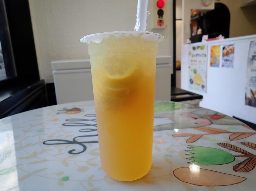 スライスされたフルーツが丸々入っている、まるごとレモンティー