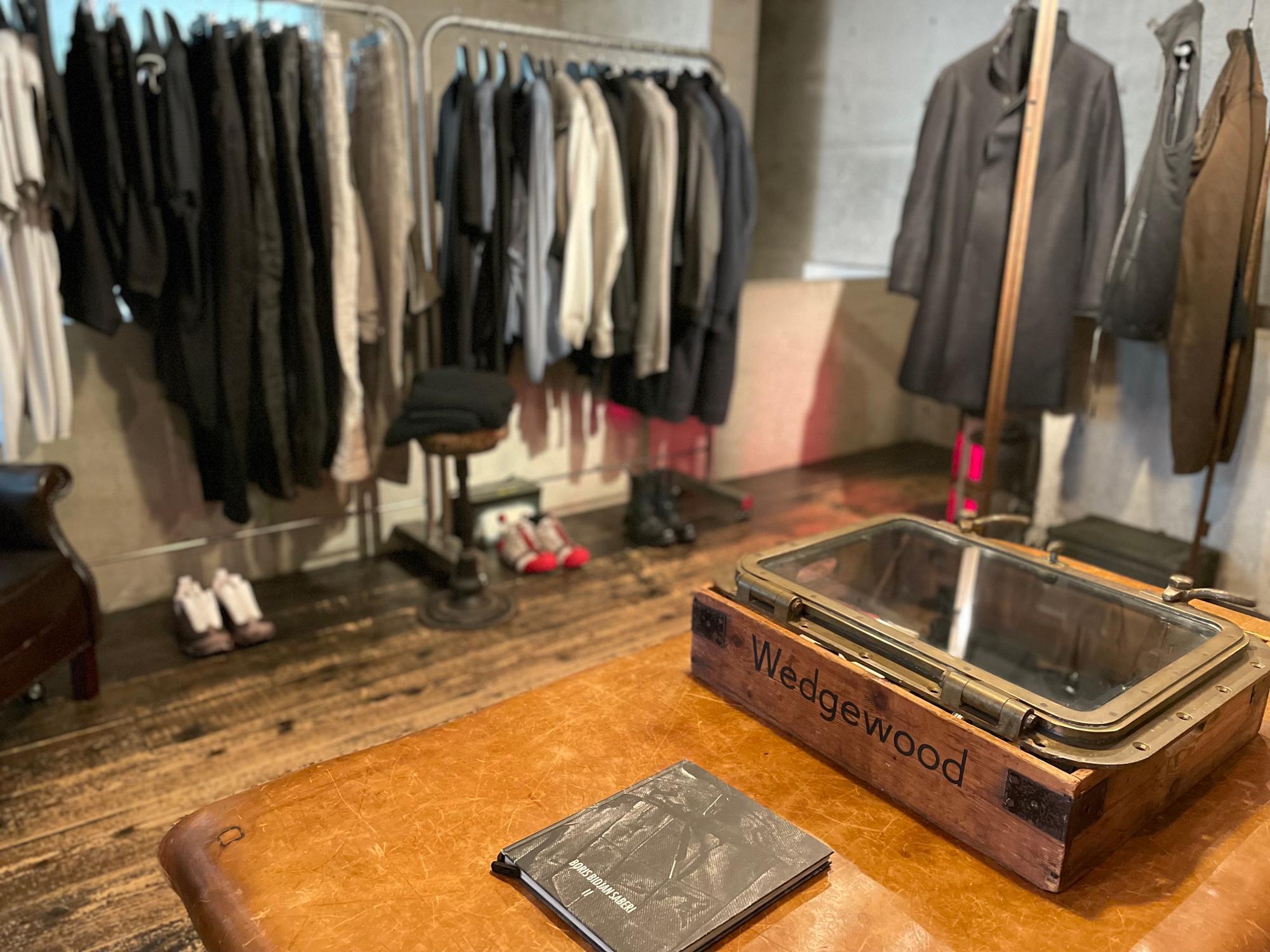 わざと汚れたような加工のパンツや切っぱなしなど、マニアックな洋服たち。MA+,carol christian poellなど知る人ぞ知るアルチザン系ブランドが並ぶ「SHELTER Ⅱ」