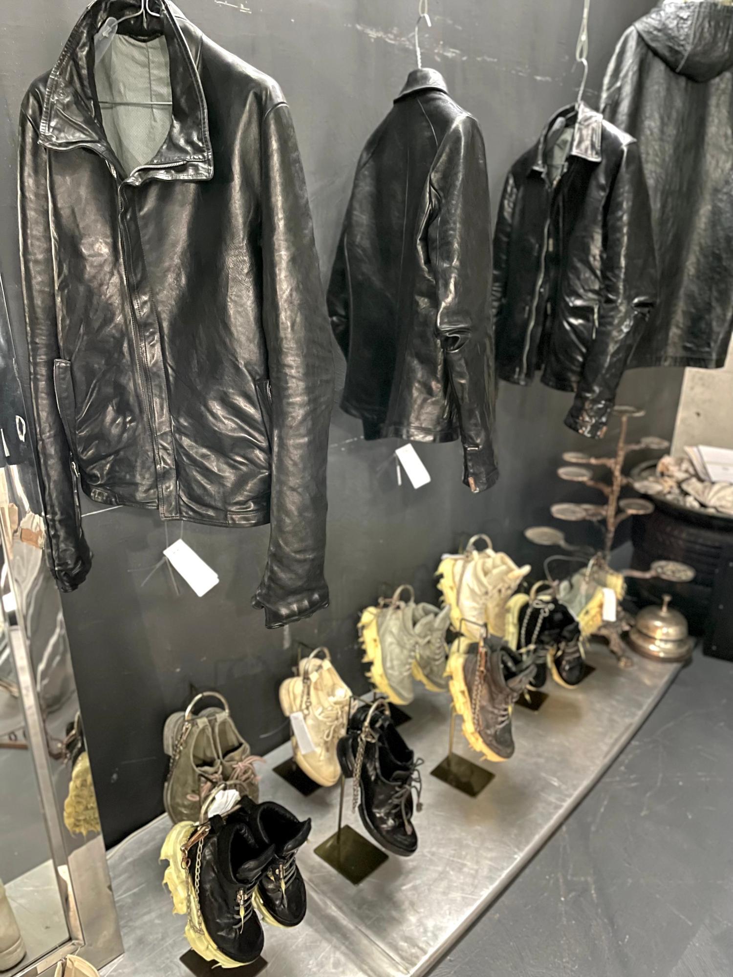 地下の小部屋にはハード系のファッションが。革ジャンは袖が長く肘も加工されていて、靴の裏にはトゲトゲ。とにかく奇抜でカッコいい