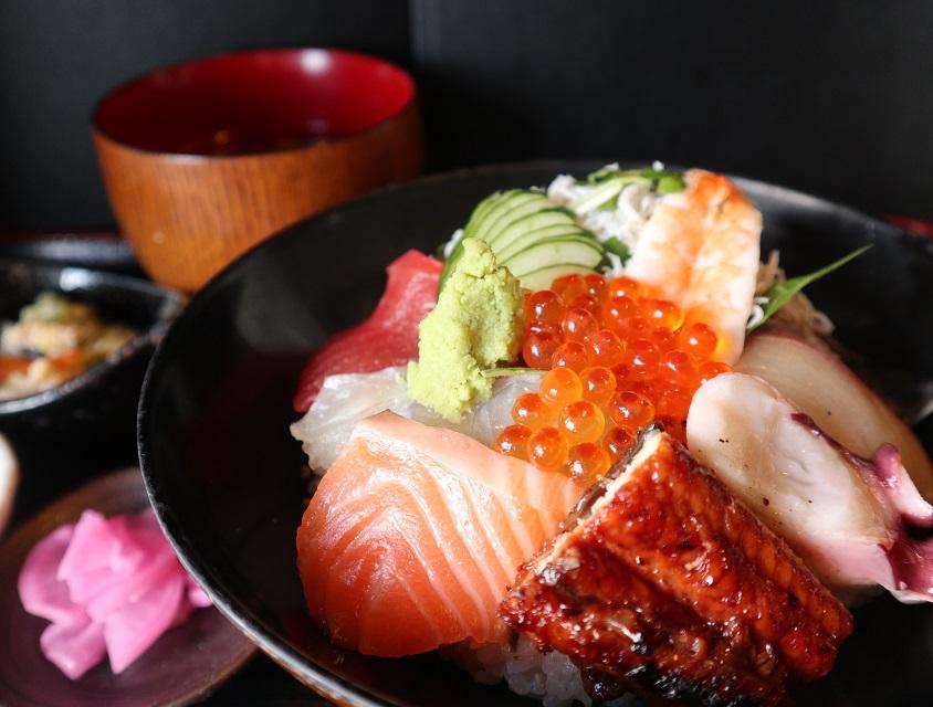 (お味噌汁、お漬物、一品付きの海鮮丼。新鮮さが違います!)