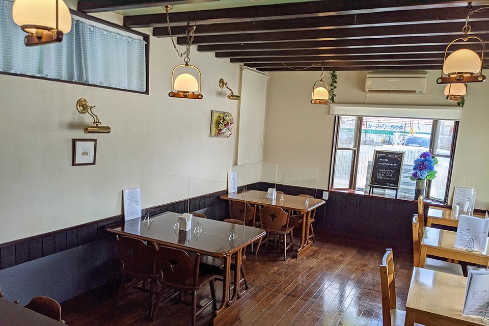 店内は、カウンターの他にテーブル席も。落ち着いた雰囲気で食事を楽しめます。