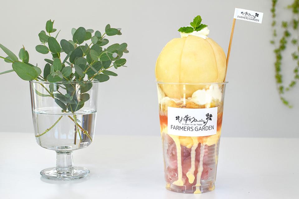 「贅沢!朝採り桃のパフェ」は1,188円。オーダーできるのは10時から。
